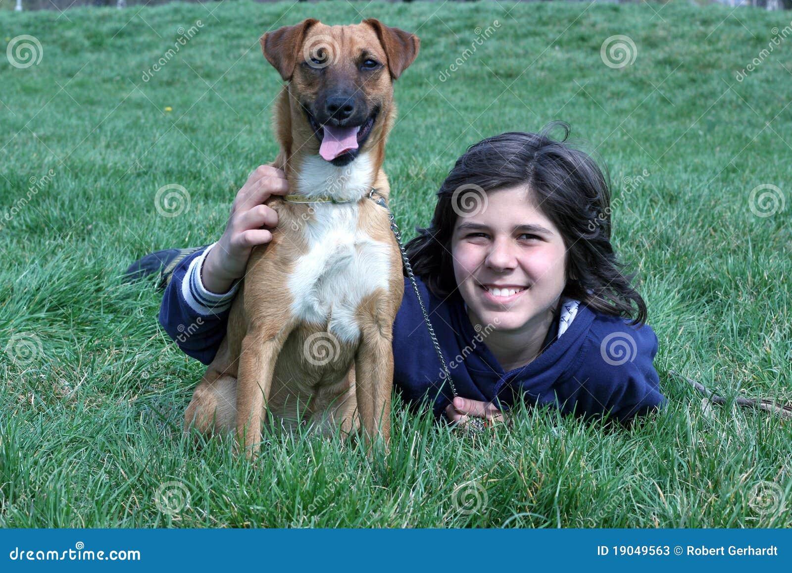 男孩狗他的宠物