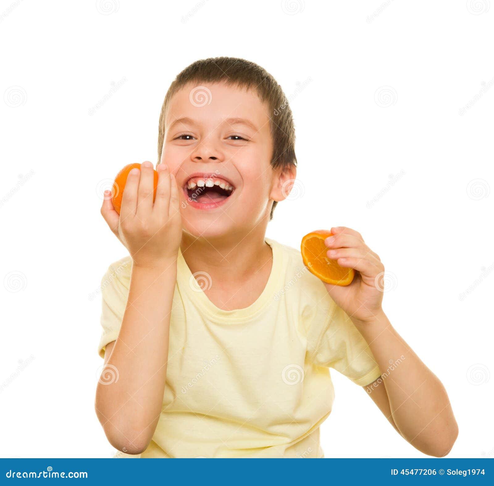 男孩用切的桔子