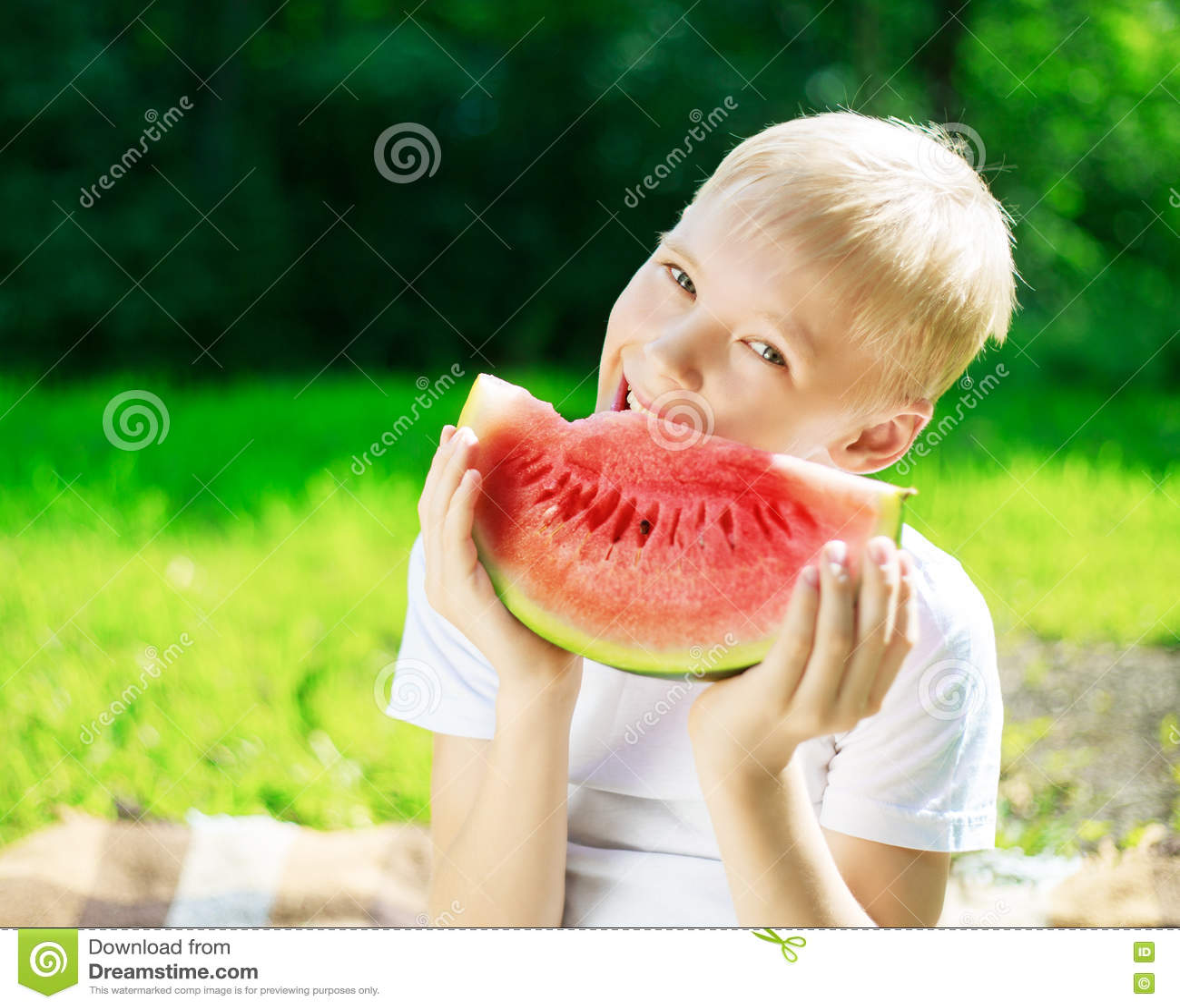 男孩用西瓜