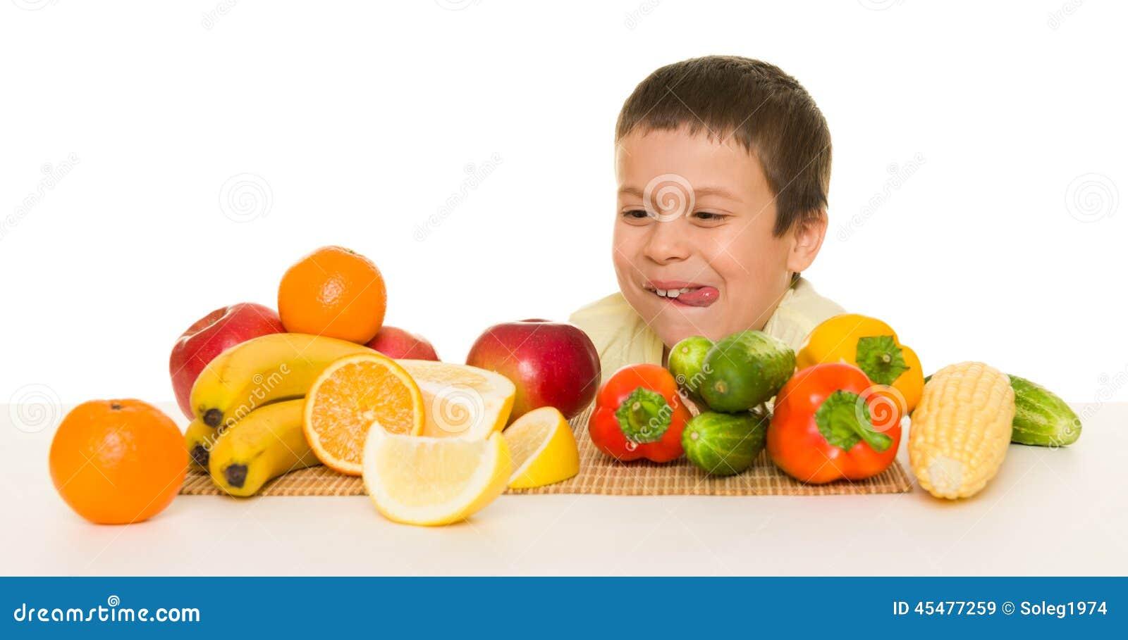 男孩用水果和蔬菜