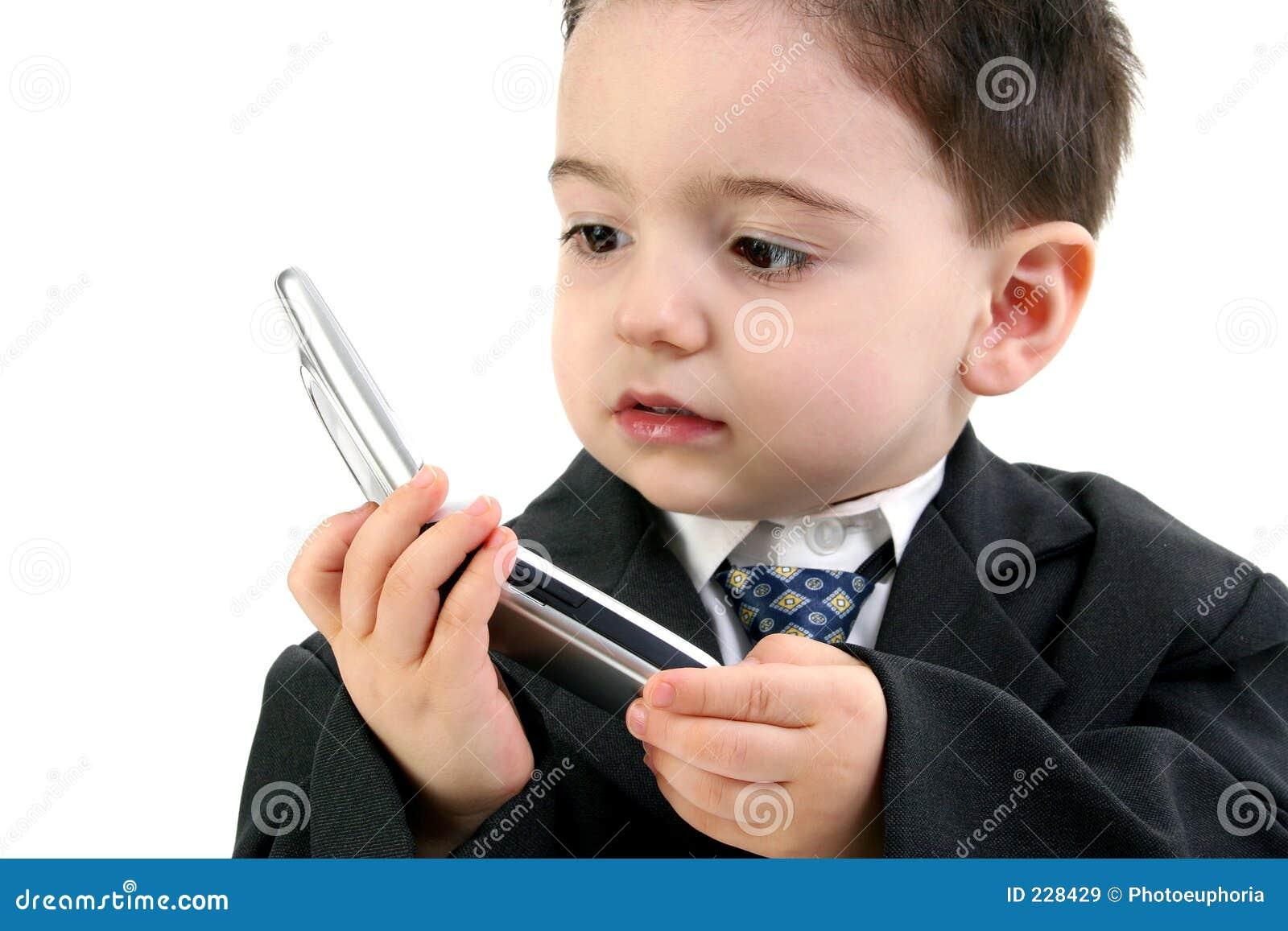 男孩移动电话连接数失去的小孩