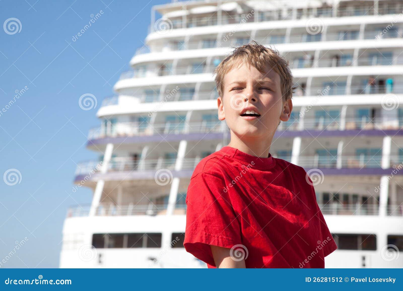 闭上�9�/9/h9�9��o^�_男孩背景船的闭上的眼睛