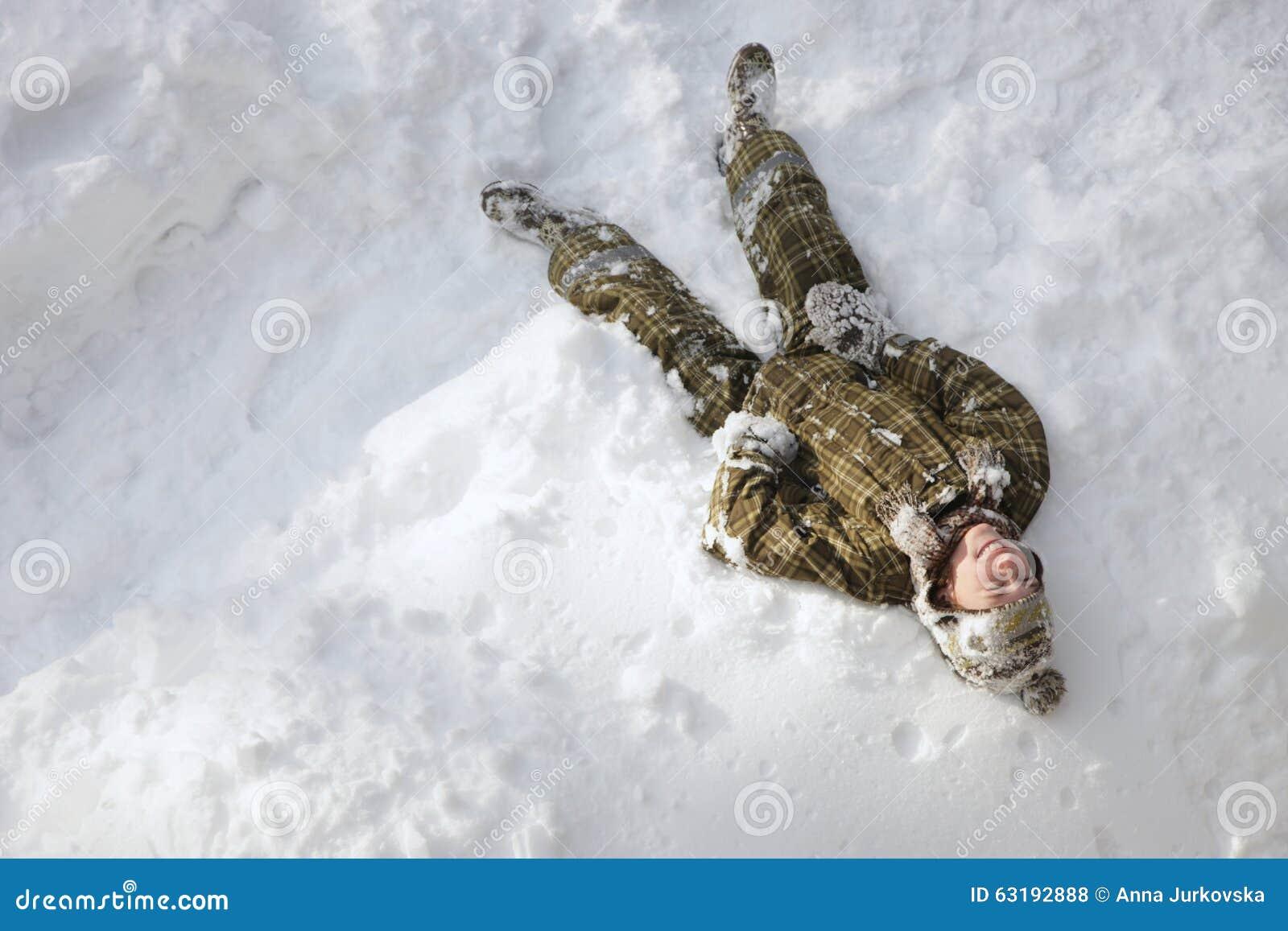 男孩节假日位置雪冬天