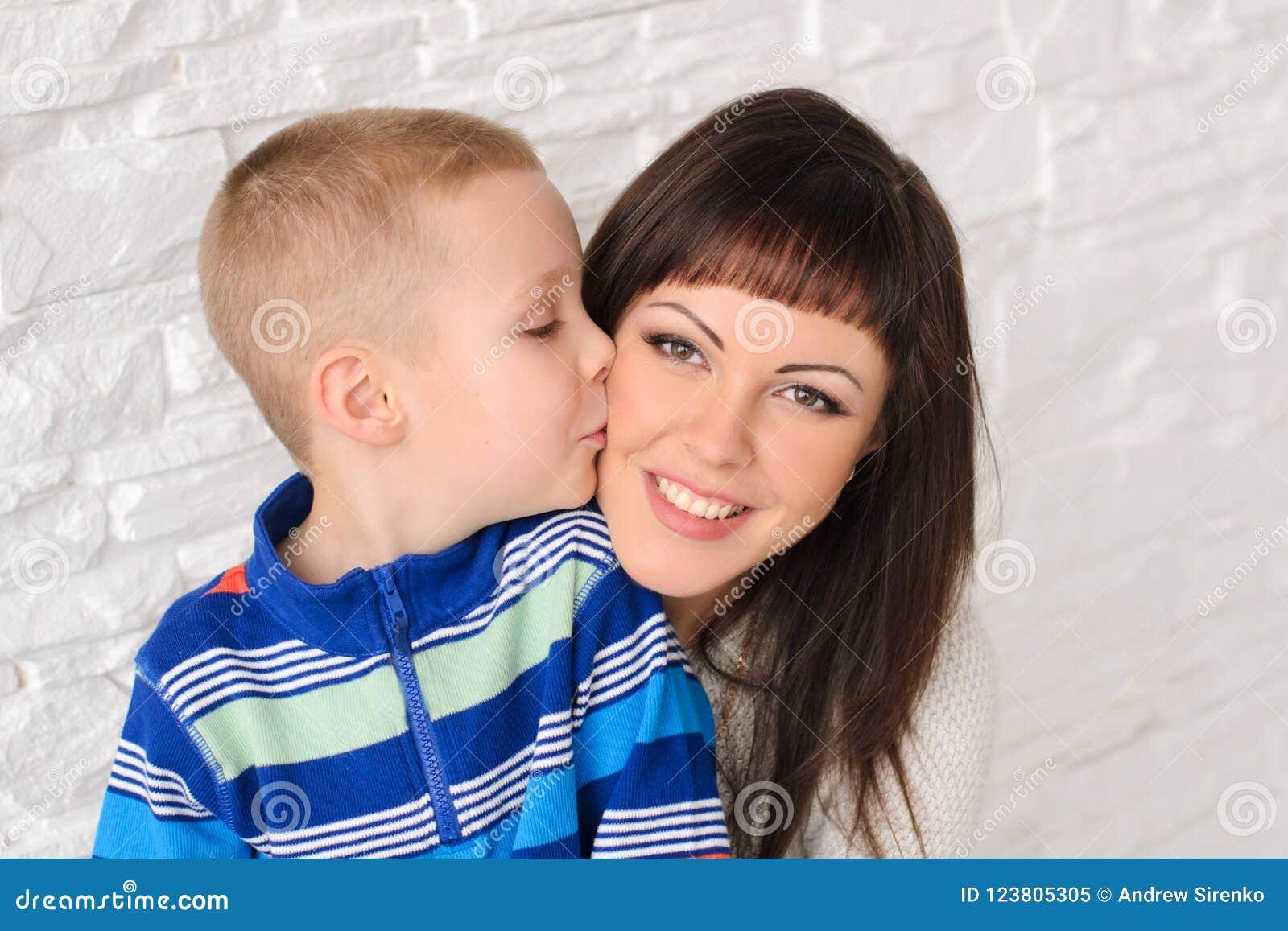 男孩蒲公英花现有量他的亲吻母亲儿子