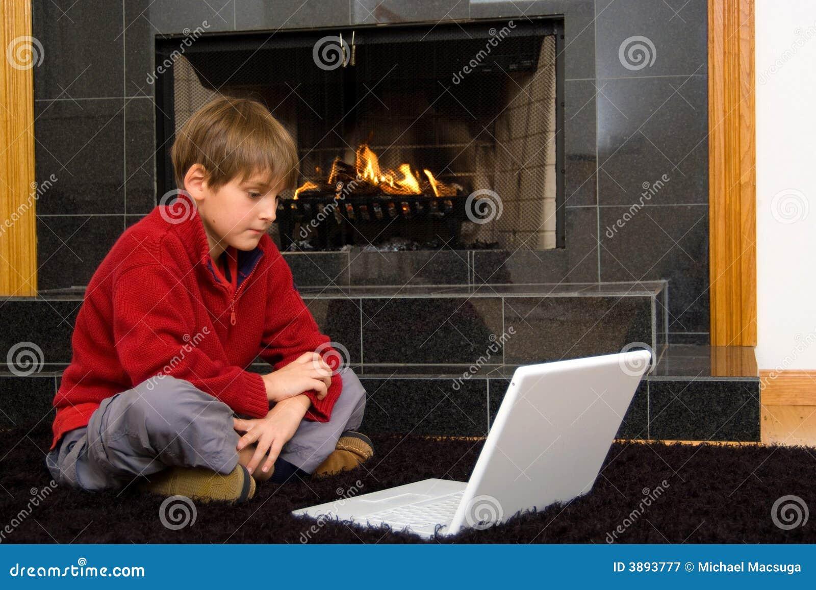 男孩计算机壁炉