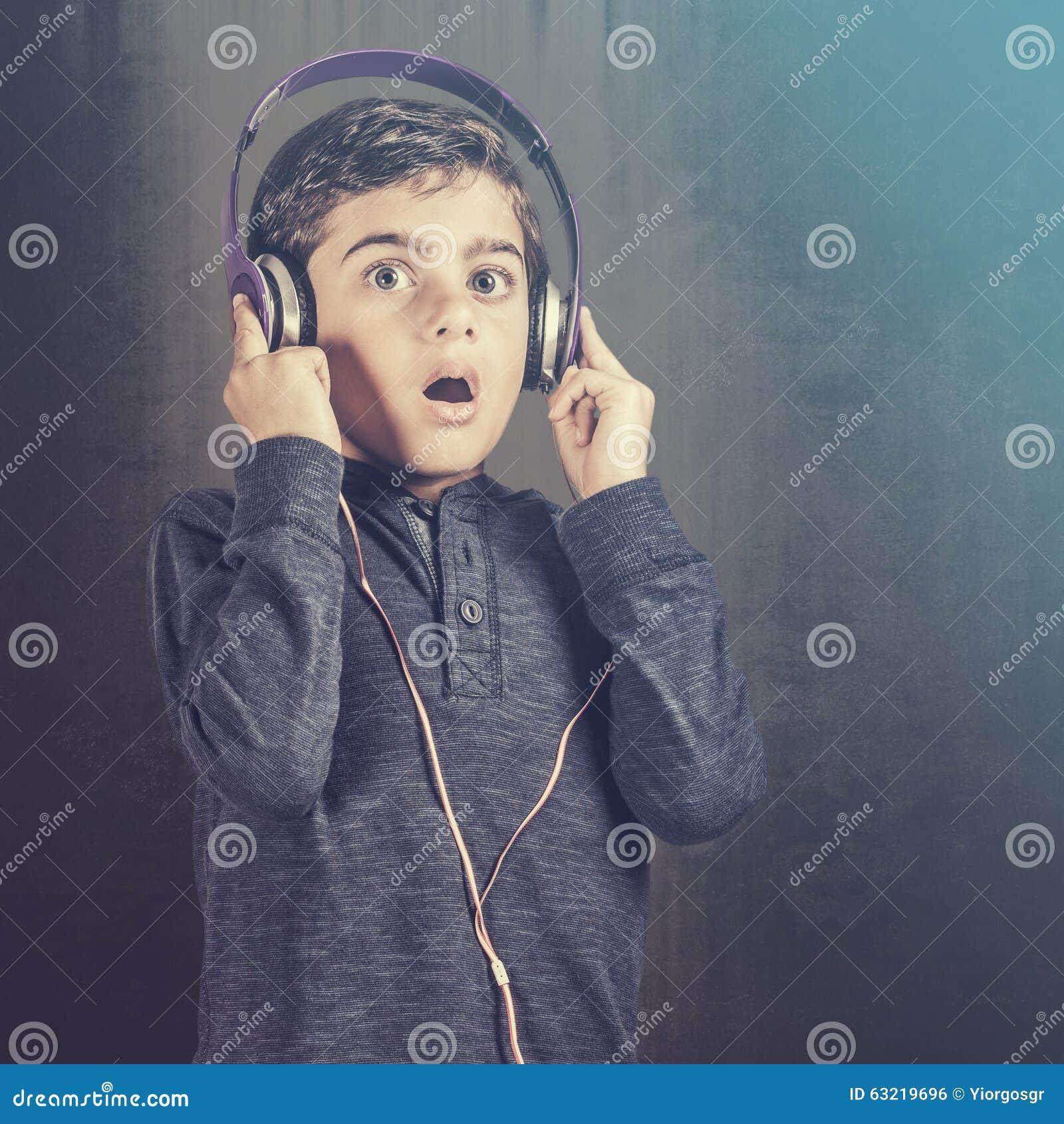 男孩起反应,当听到音乐时