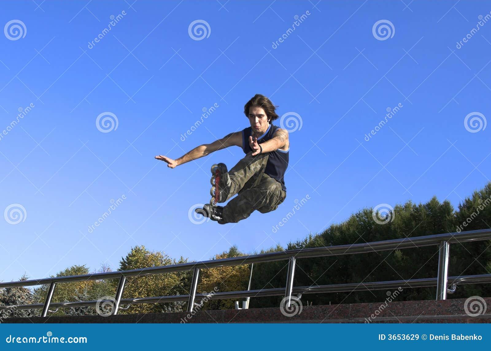 男孩跳的栏杆路辗