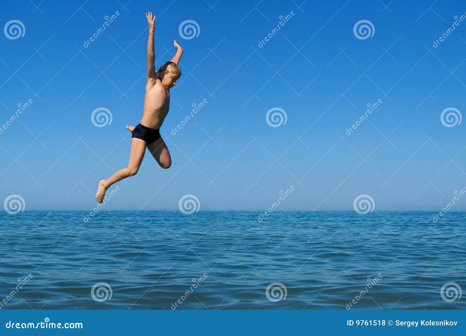 男孩跳的海运