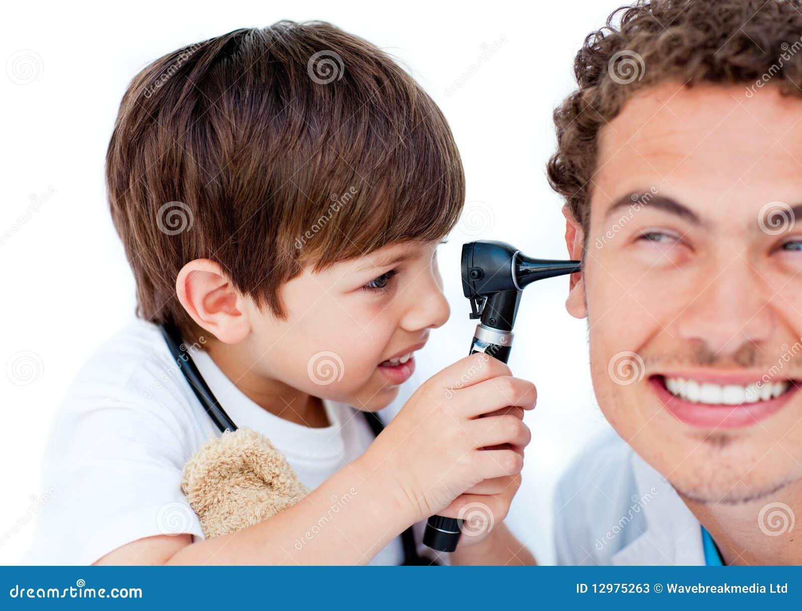 男孩逗人喜爱的医生使用他的一点