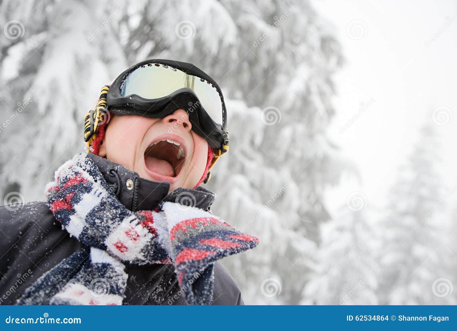 男孩风镜滑雪