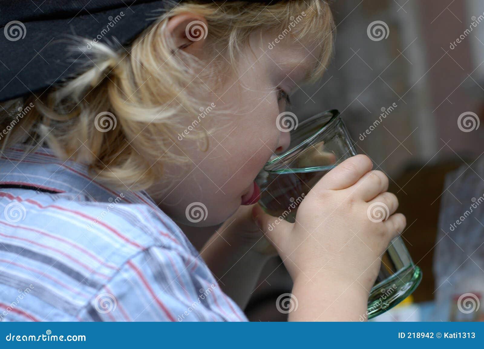 男孩饮用水