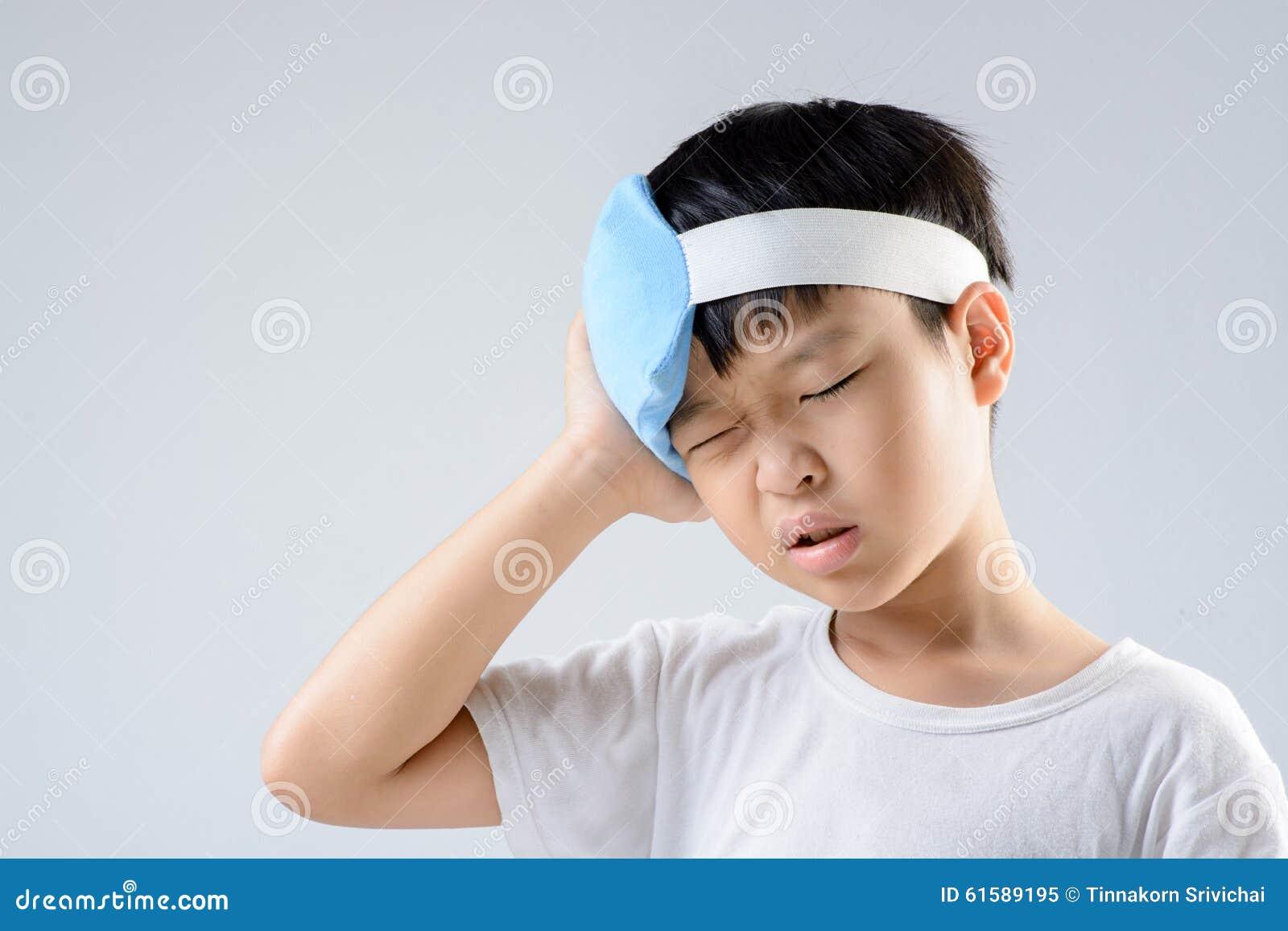 男孩头疼和冰胶凝体组装