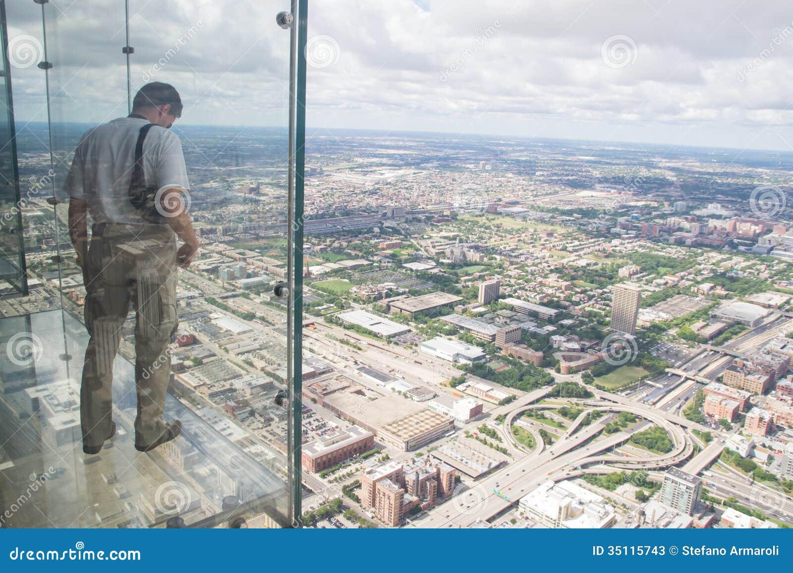 男孩从Th willis塔透明阳台看