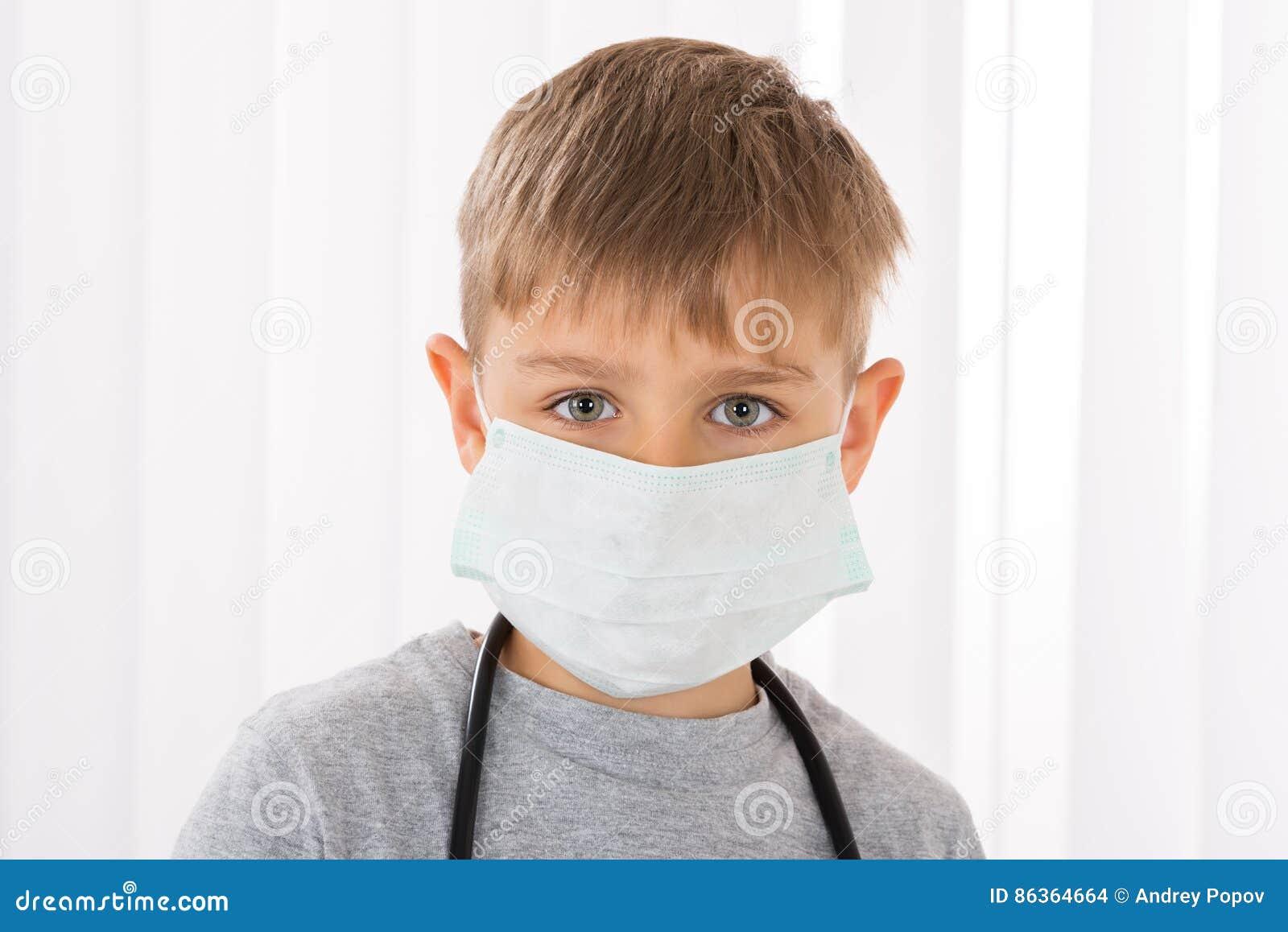 医疗 图片包括有医生 幼稚园 安全性 男孩with医生手术口罩库存照片