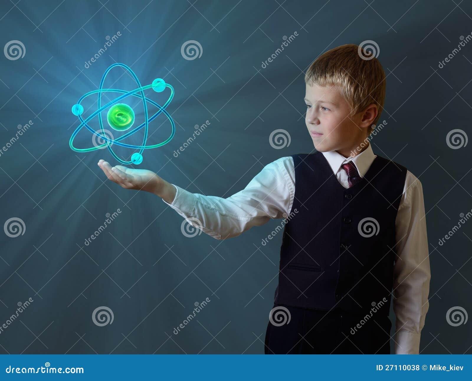 男小学生藏品发光的原子