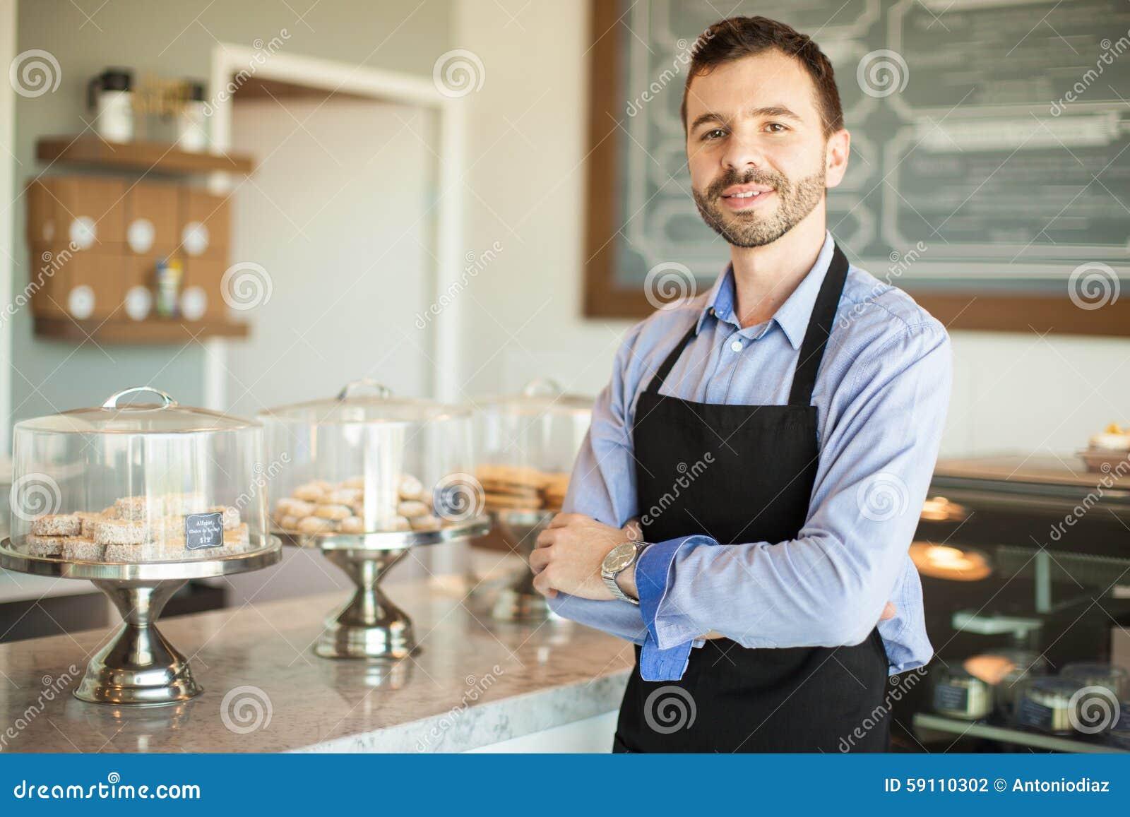男性企业主在面包店