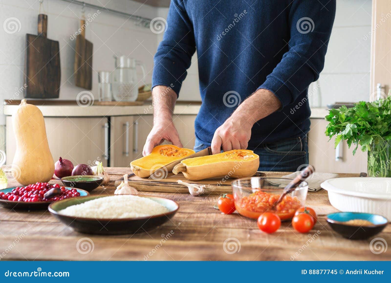 男性准备南瓜盘充塞用米和蔓越桔