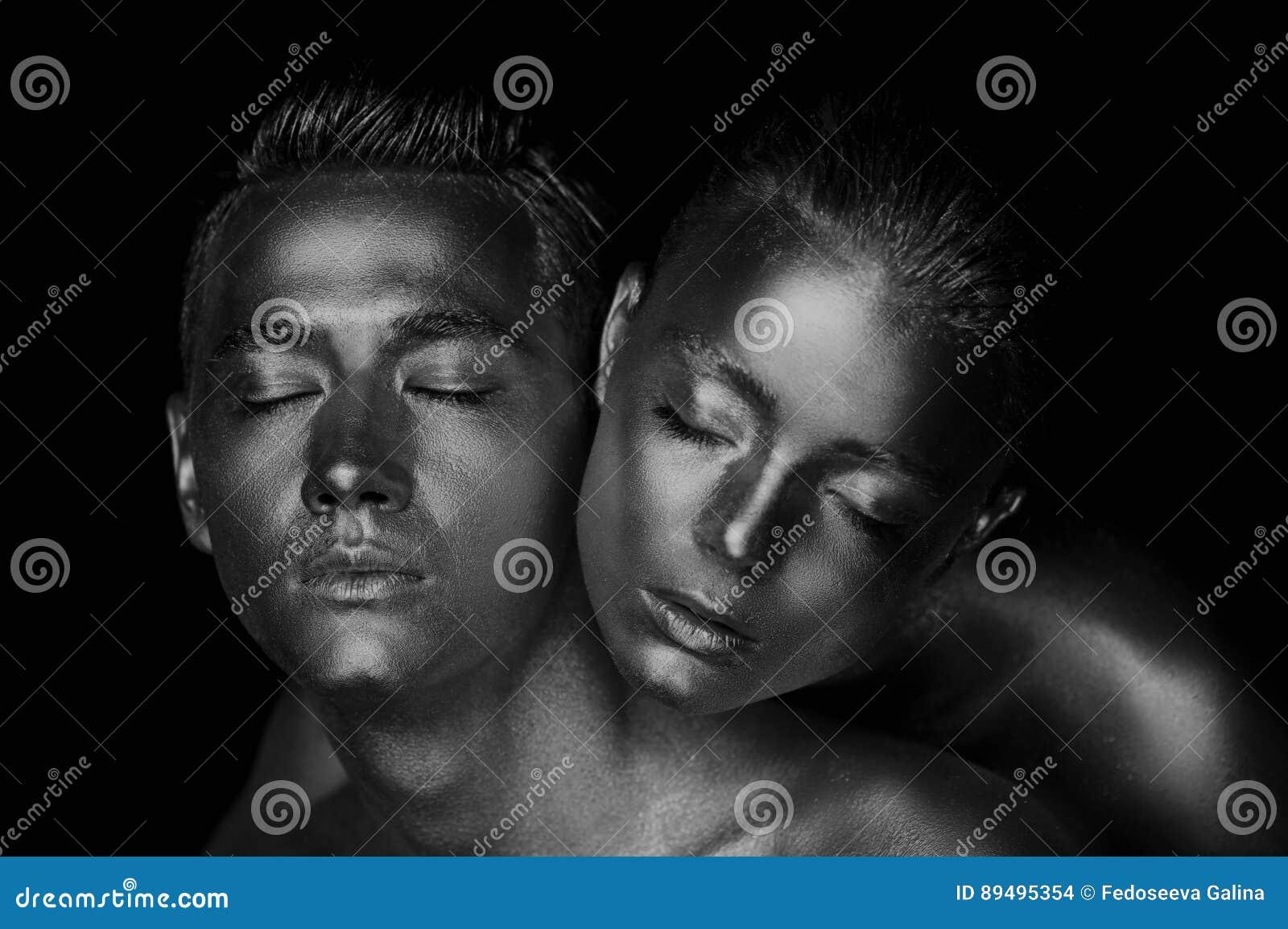 男性和女性面孔 妇女` s头在一个人的肩膀说谎 在金油漆绘的所有, a的感觉