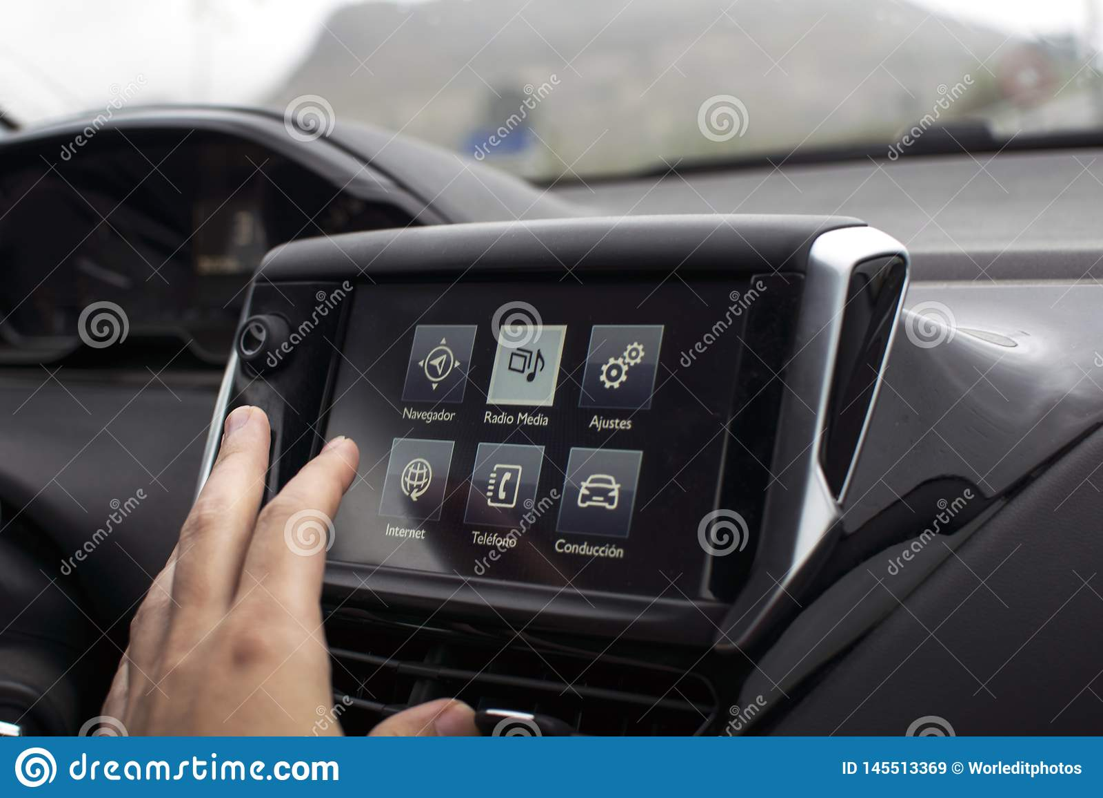 男性在现代汽车的手触摸屏