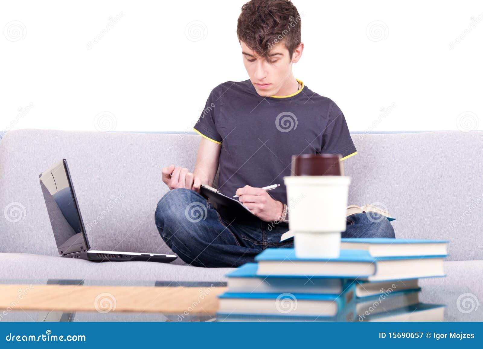 男性学习的少年