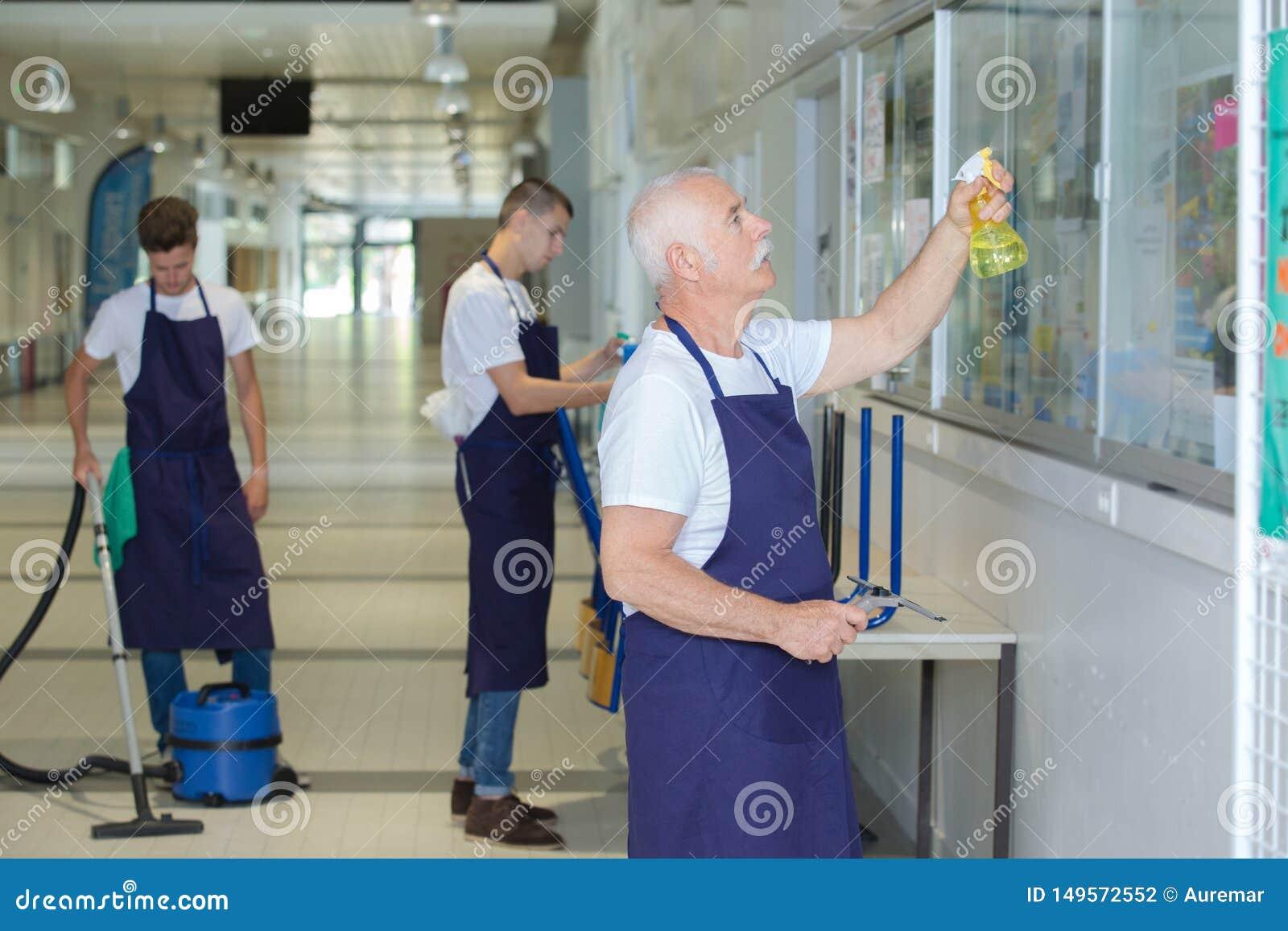 男性工友职员清洁创立