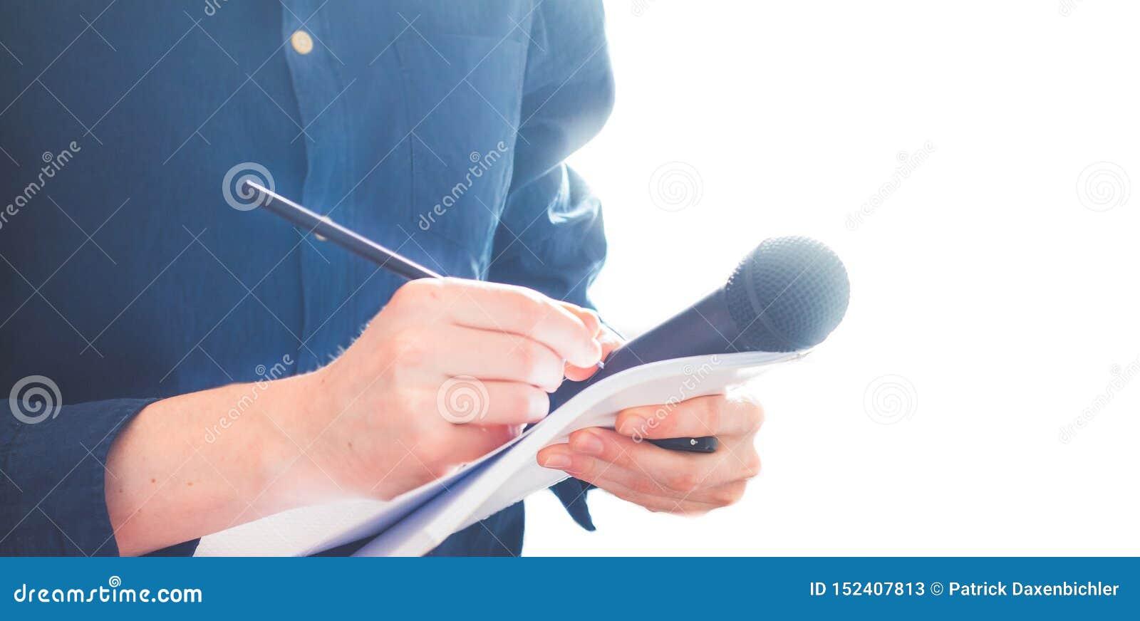 男性新闻工作者在新闻发布会,拿着话筒和采取笔记