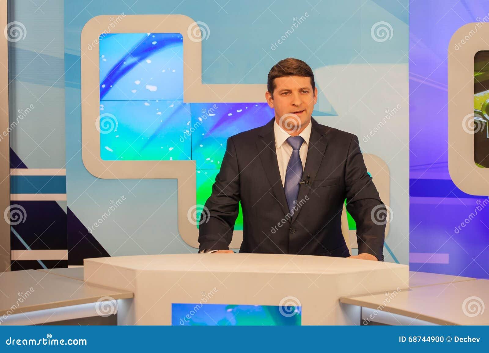 男性现场报道员在电视演播室 活广播
