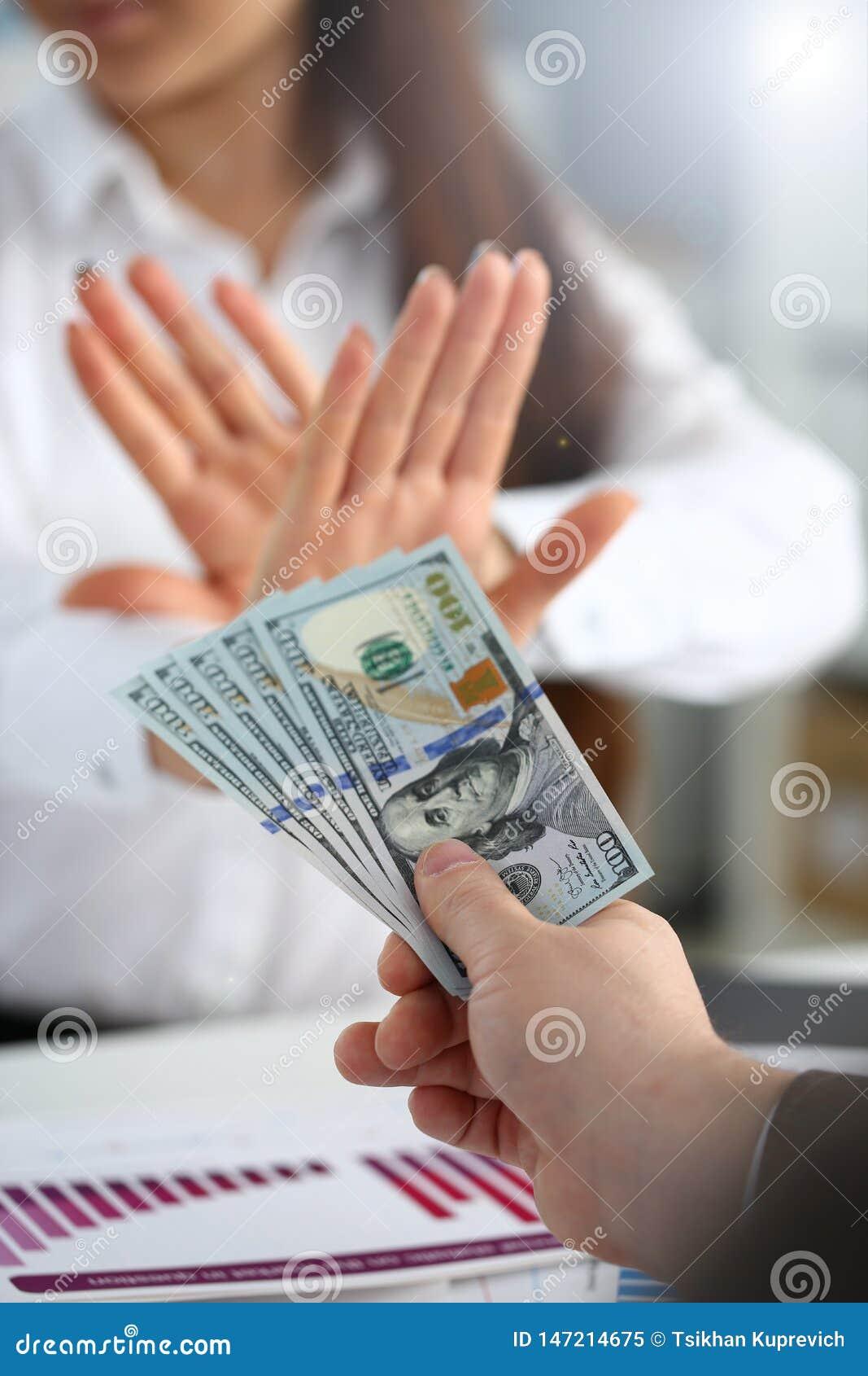 男性胳膊薪水束一百元钞票