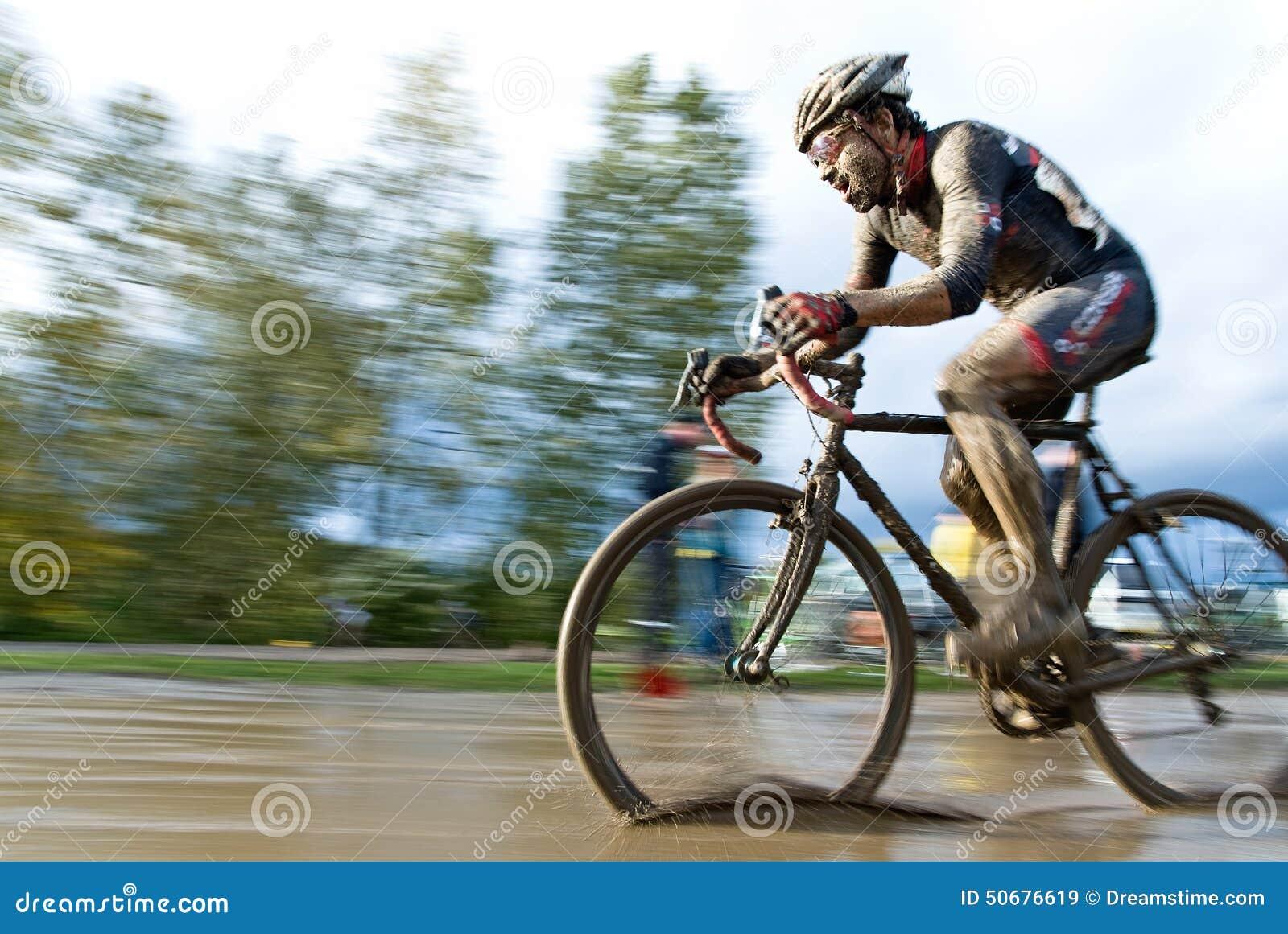 Download 男性骑自行车者骑马通过泥浆坑 库存图片. 图片 包括有 骑自行车者, 活动家, 有效地, 行动, 确定, 骑马 - 50676619