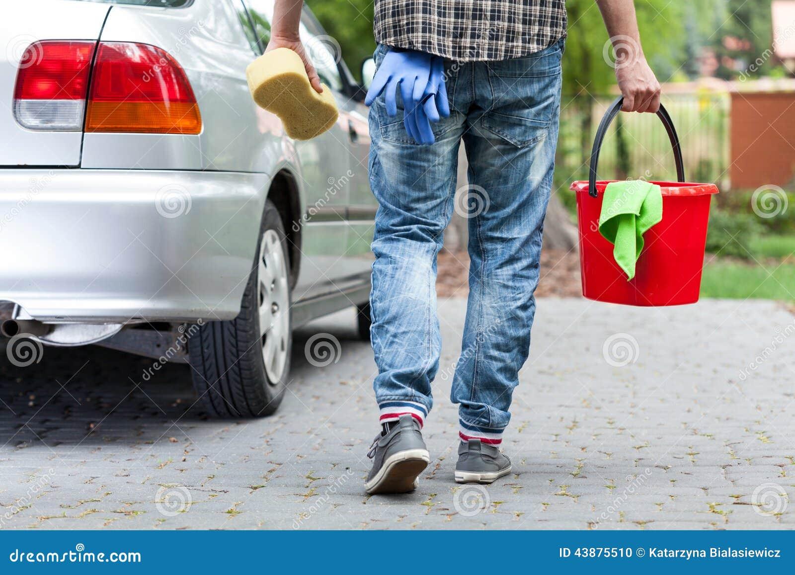 男性洗车工作者