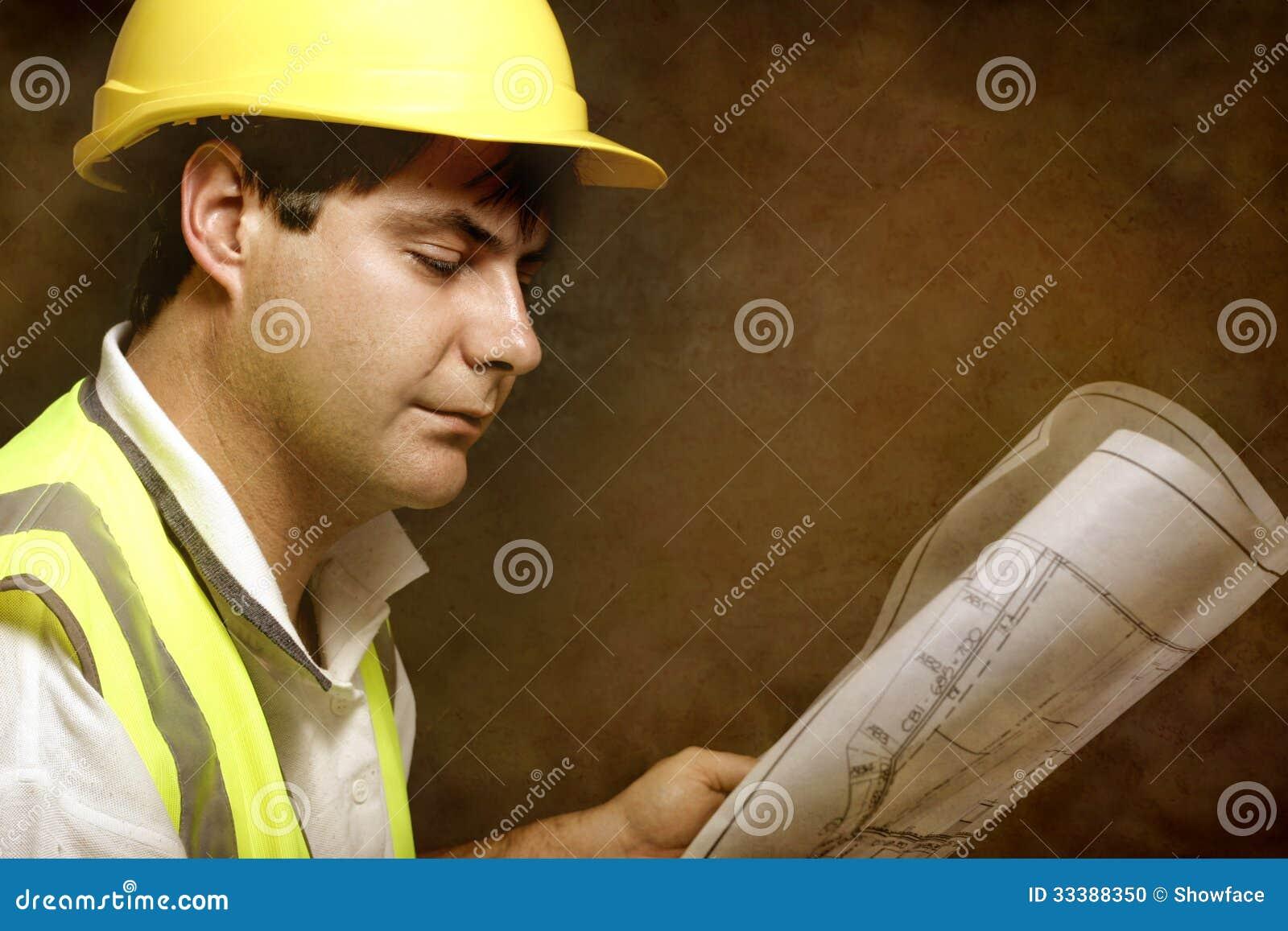 男性建造者站点工头读的建筑工业计划