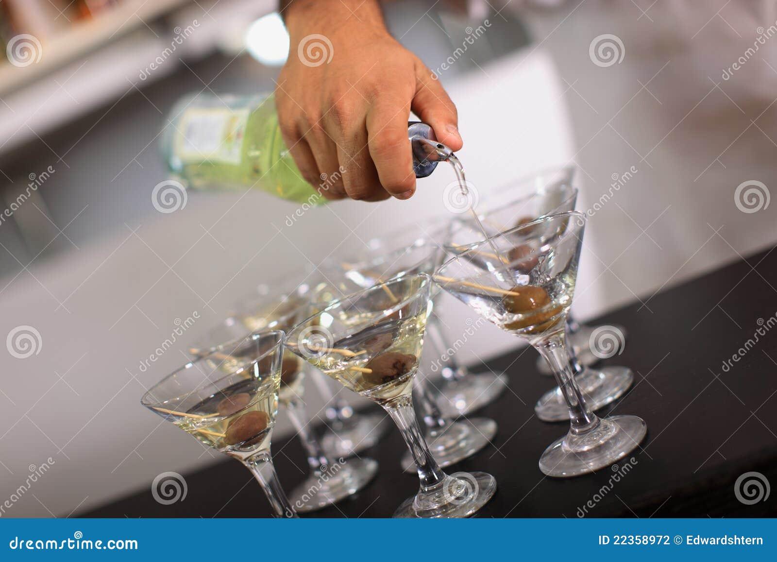 男服务员马蒂尼鸡尾酒倾吐
