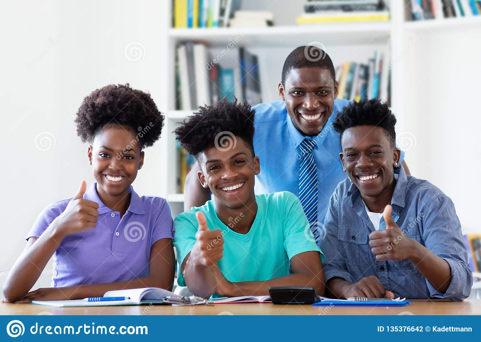 男老师画象有非裔美国人的学生的