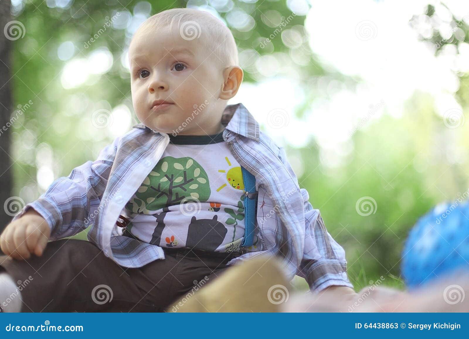 男婴在夏天公园
