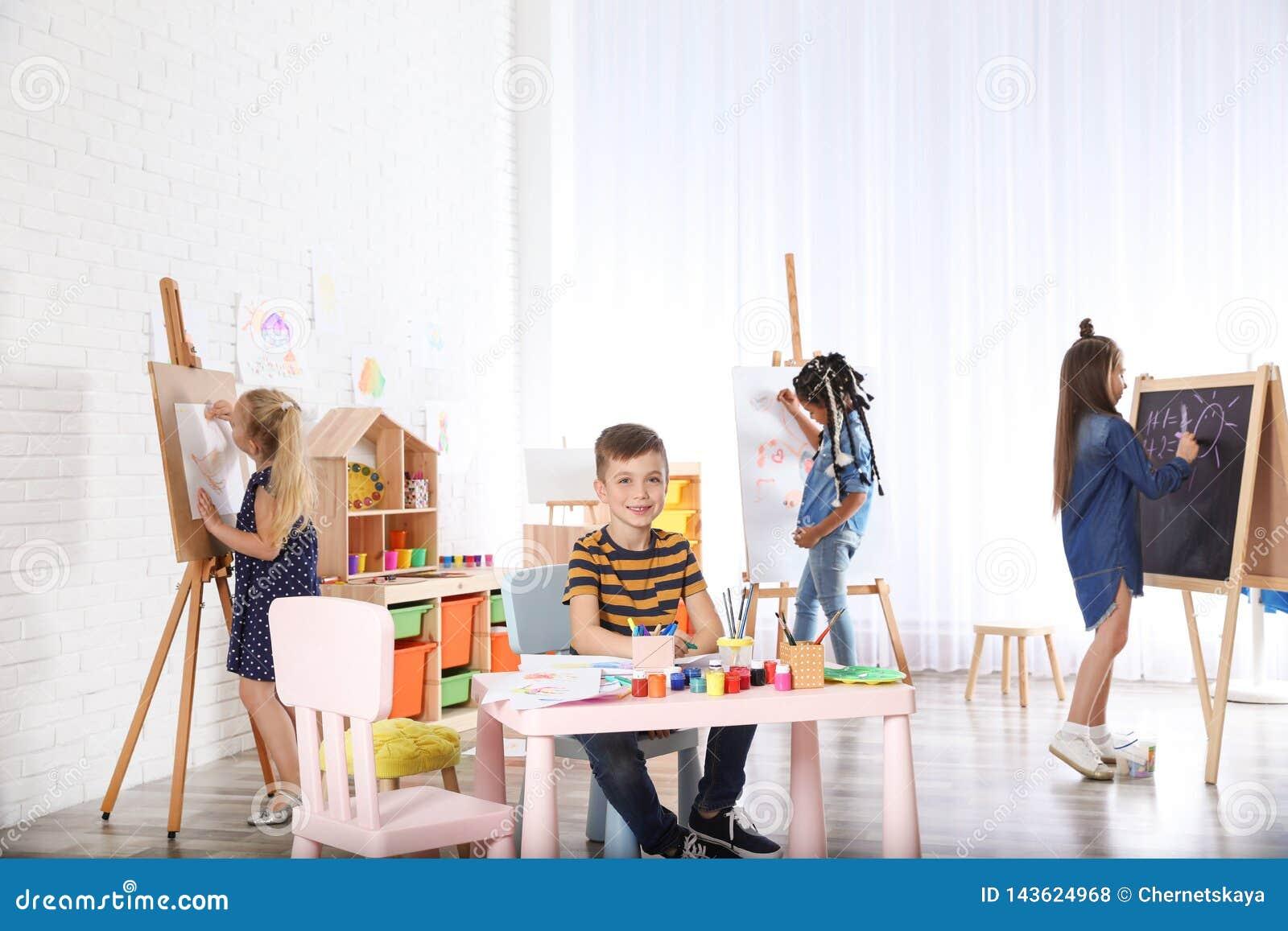 画在绘的教训的逗人喜爱的小孩