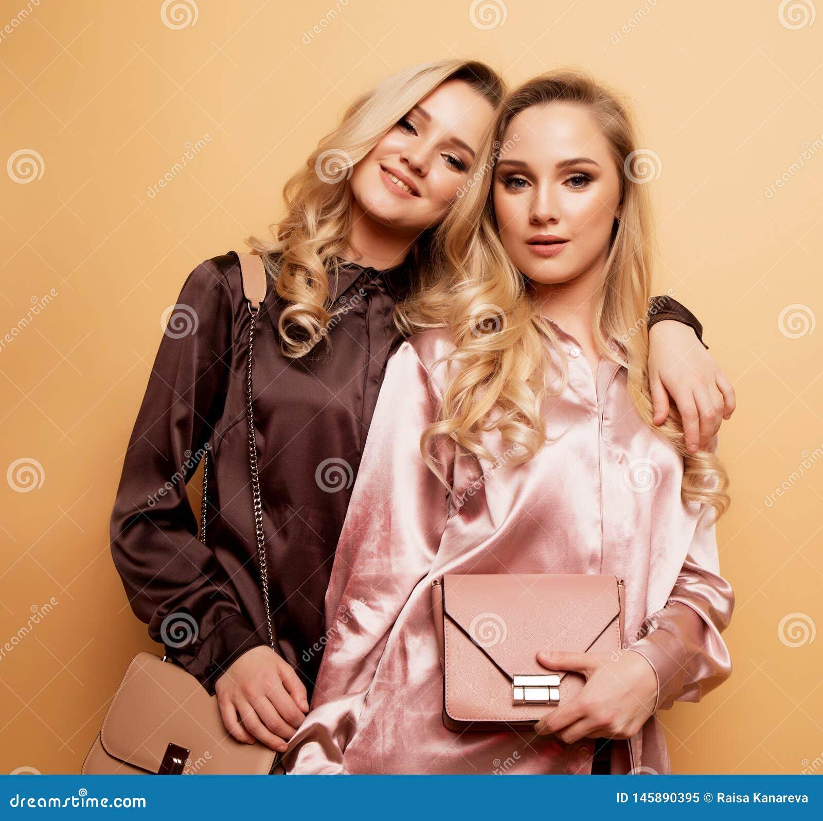 画象两性感的俏丽的美女,时尚样式衣裳