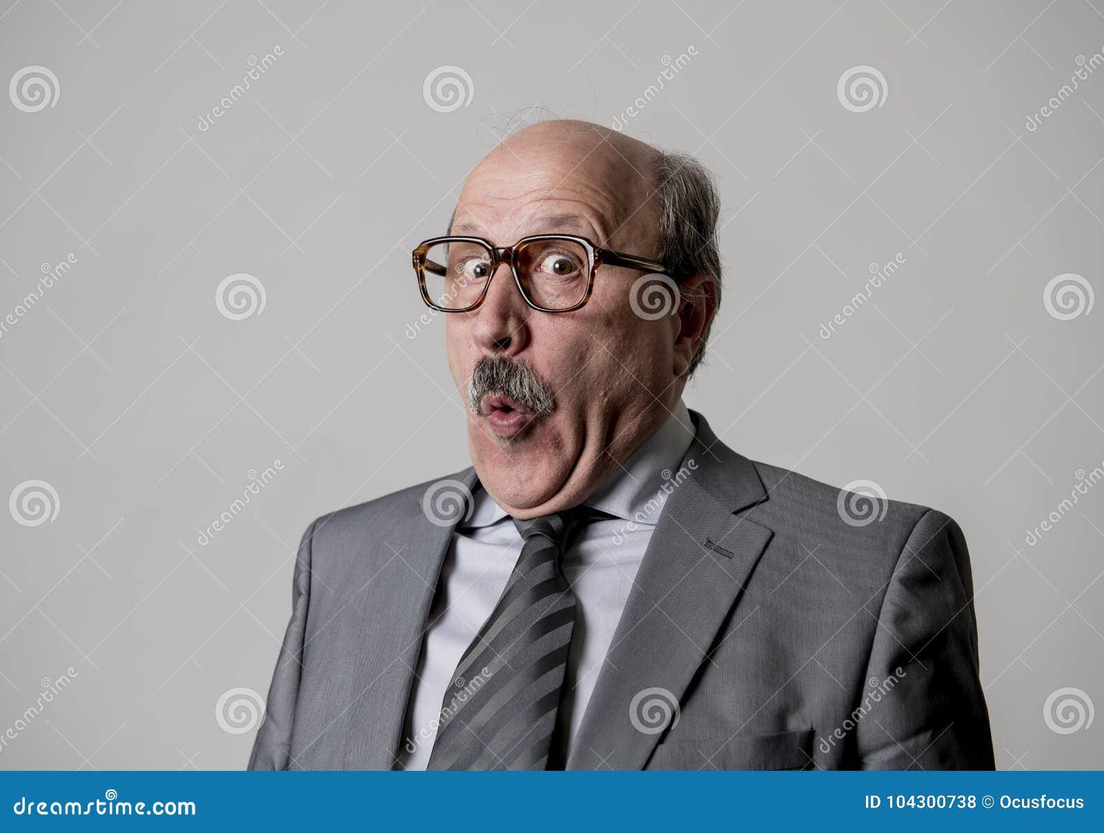 画象60s秃头资深愉快商人打手势滑稽和可笑在笑声和乐趣看起来面孔的表示愉快