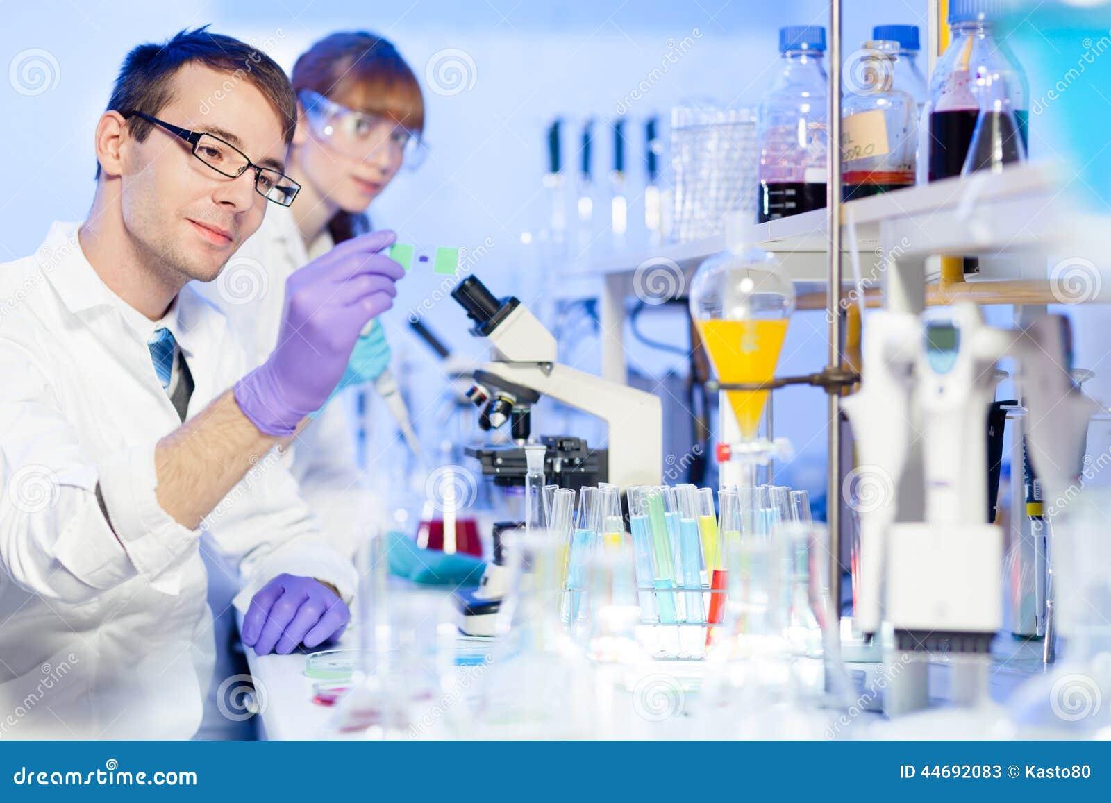 实验_医疗保健专家在实验室