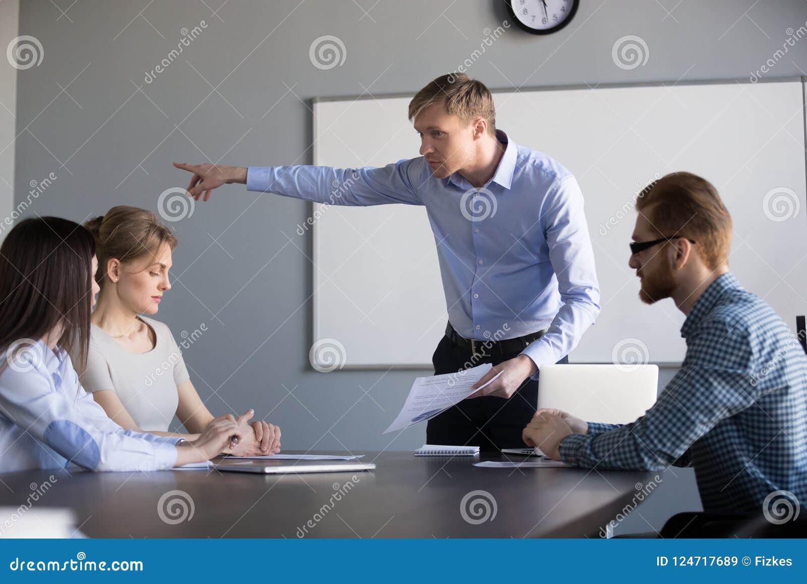 疯狂的男性ceo要求女工事假公司会议