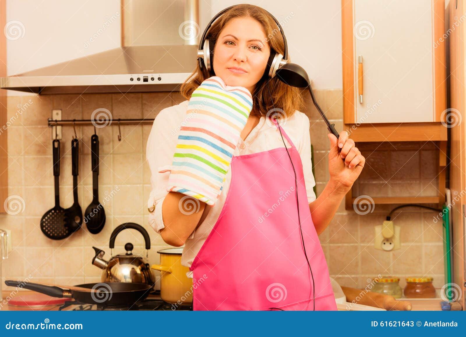疯狂的主妇厨师在厨房里