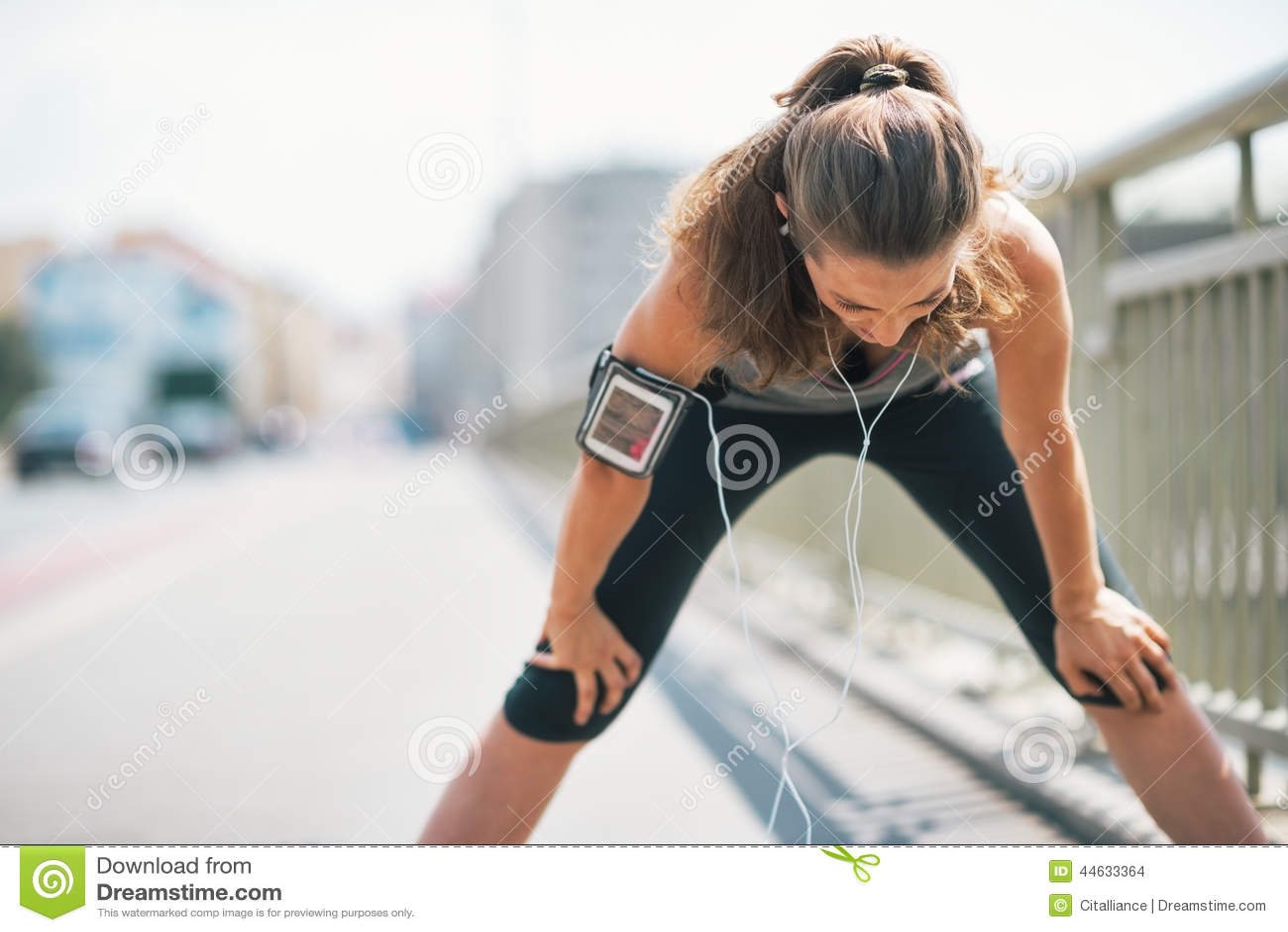 疲乏健身少妇捉住呼吸