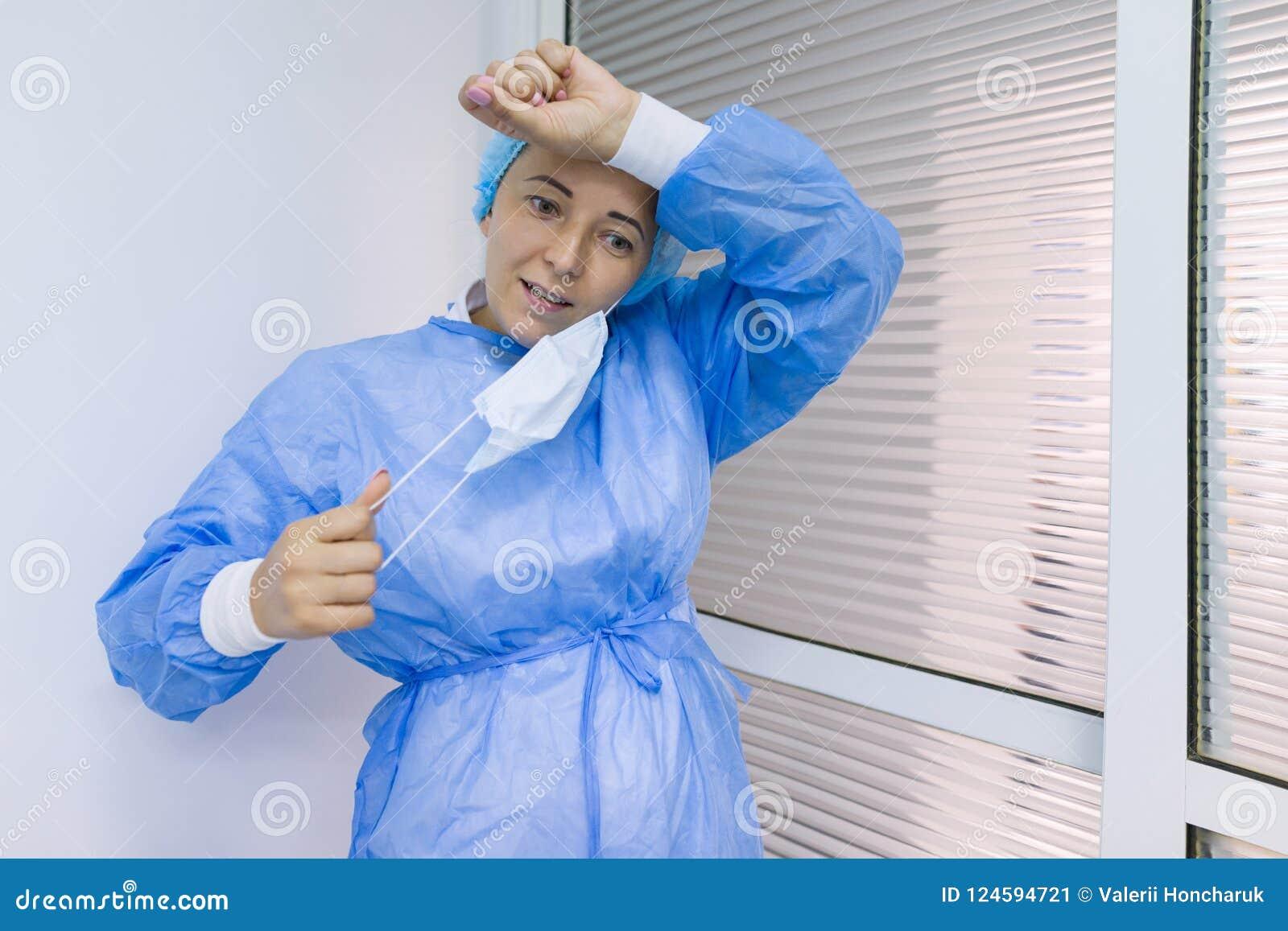 疲乏的外科医生妇女画象一套不育的蓝色衣服的