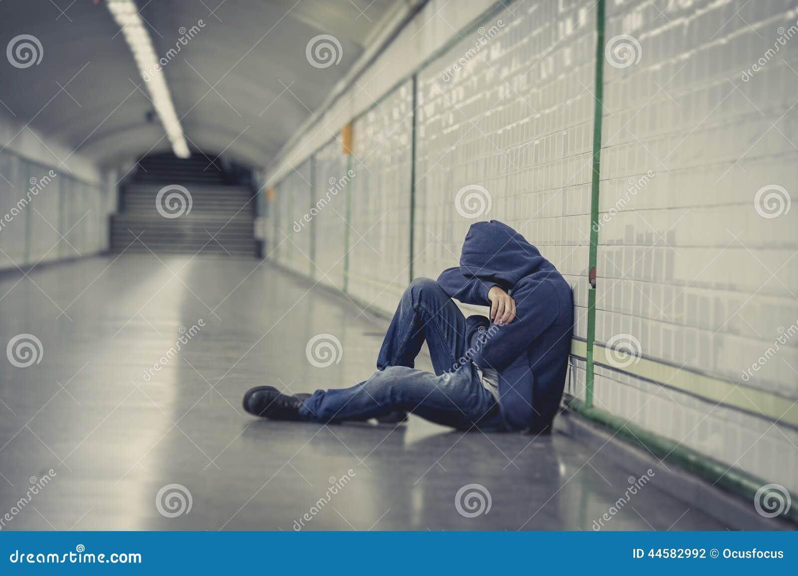 年轻病的人丢失了遭受的消沉坐地面街道地铁隧道