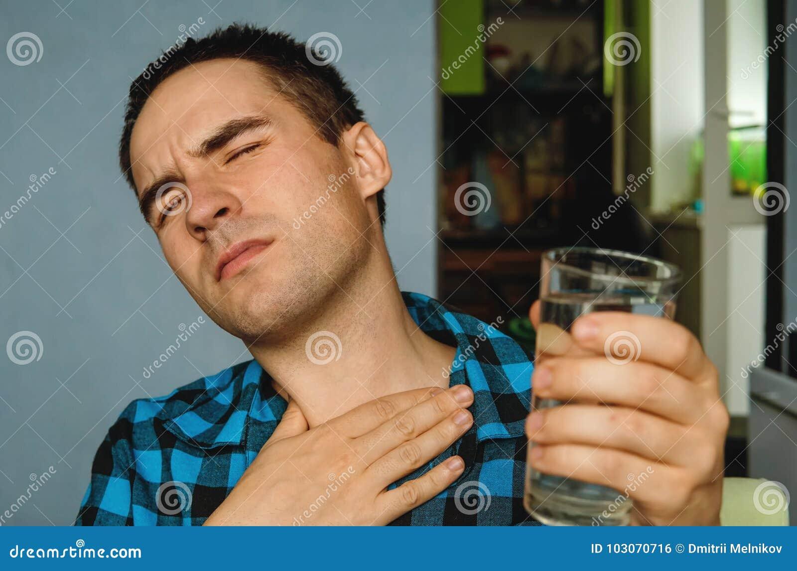 痛苦和喉咙痛
