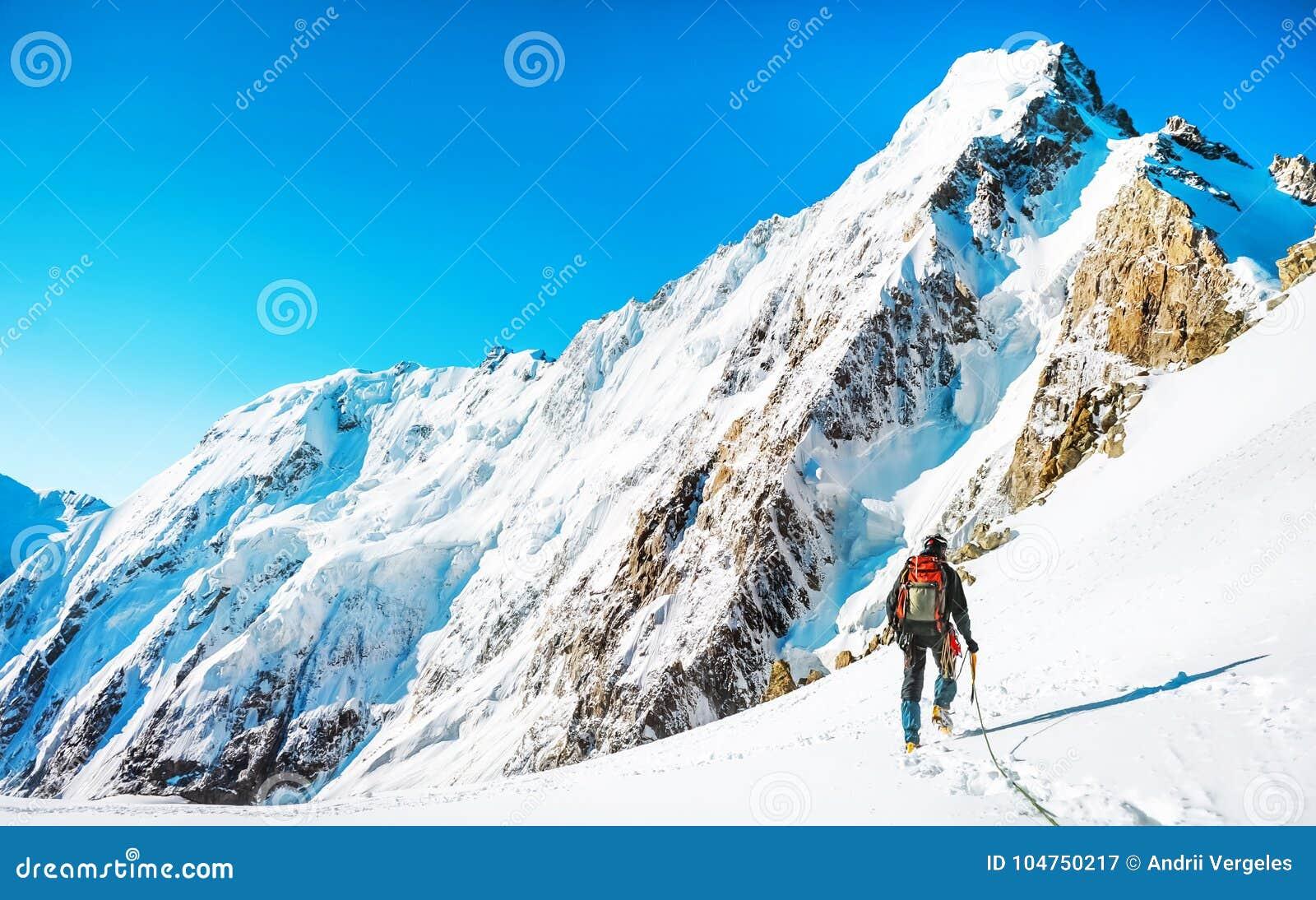 登山人到达山峰山顶  上升和mounta