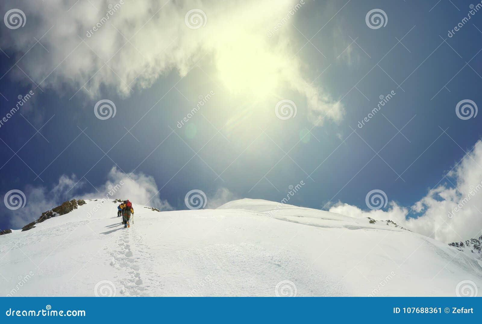 登山人到达山峰山顶