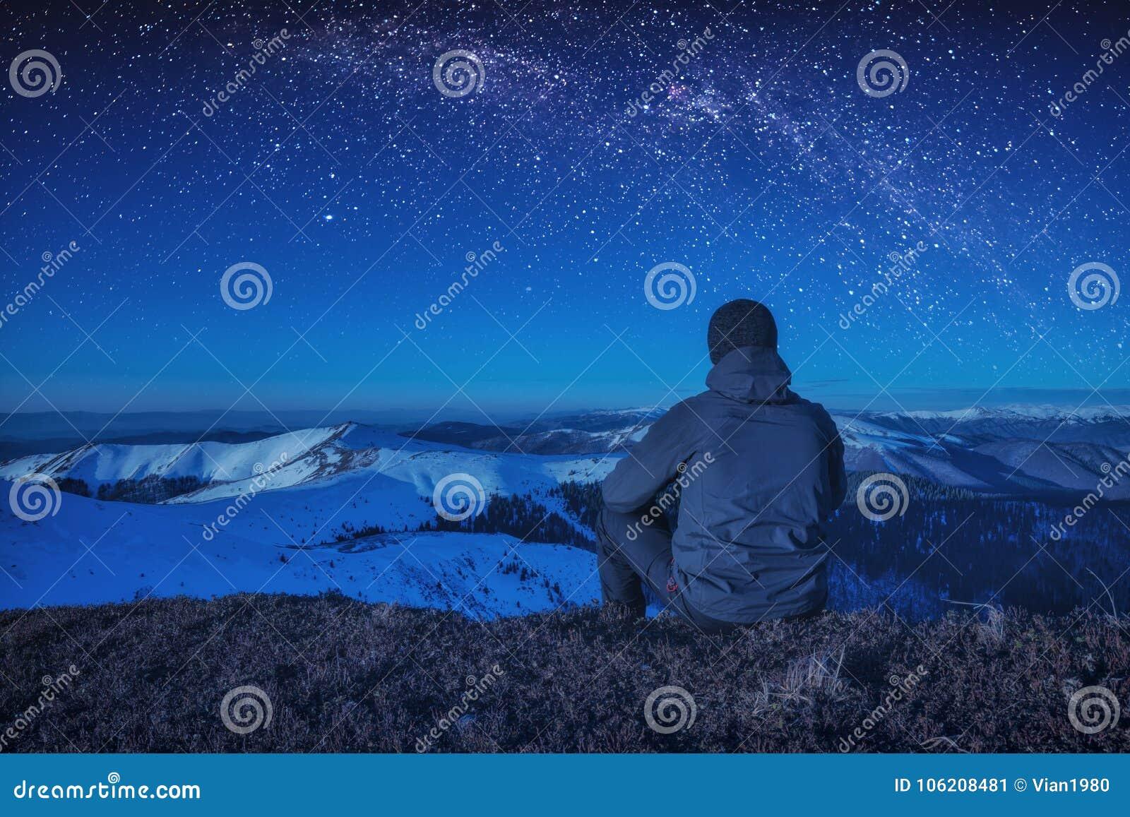 登山人坐地面在晚上