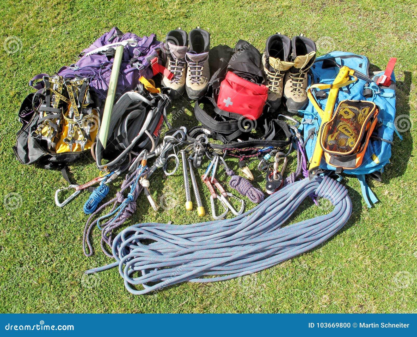 登山的地道设备和远足二人的