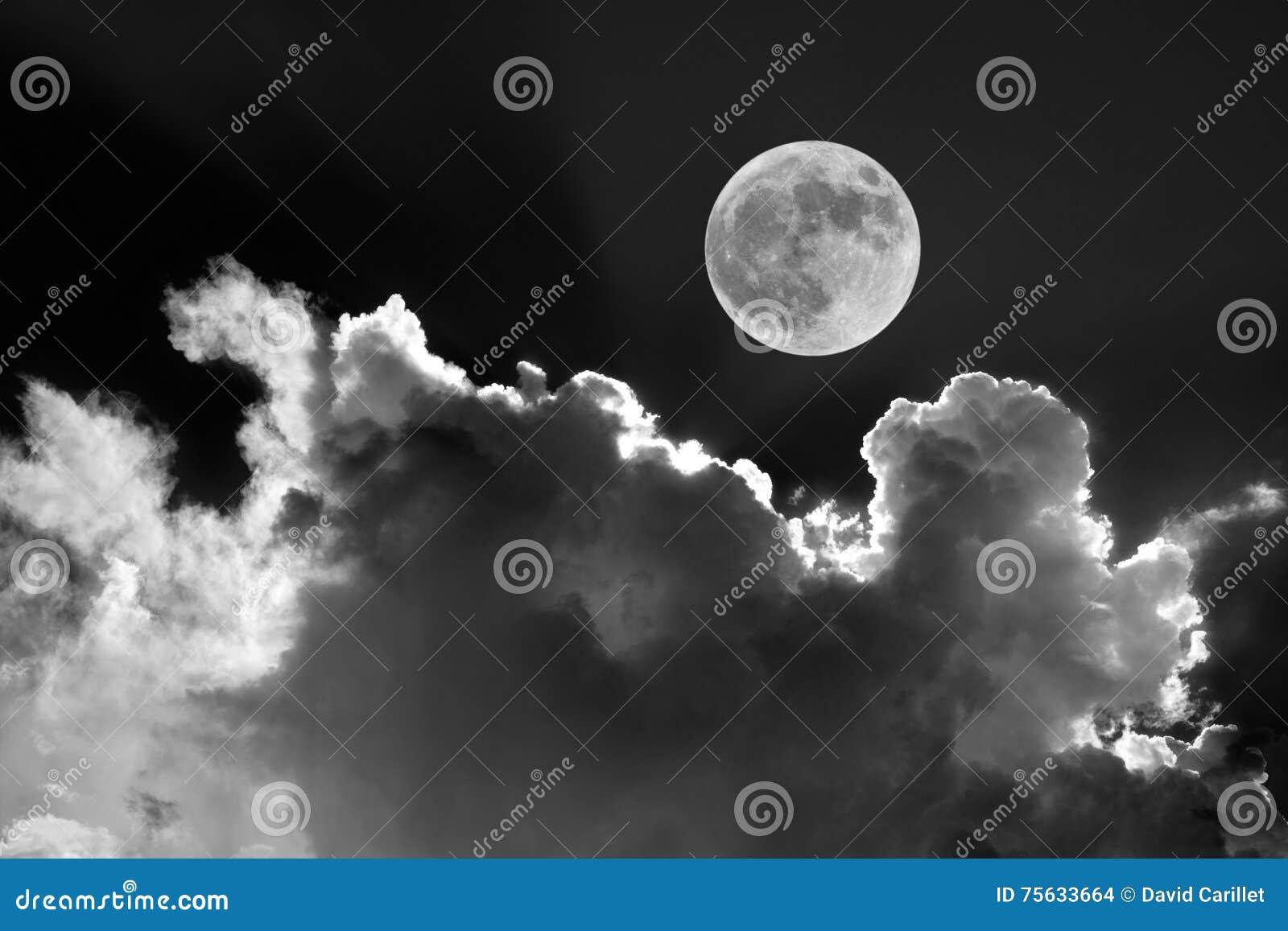 黑白在夜空的满月与梦想的被月光照亮云彩