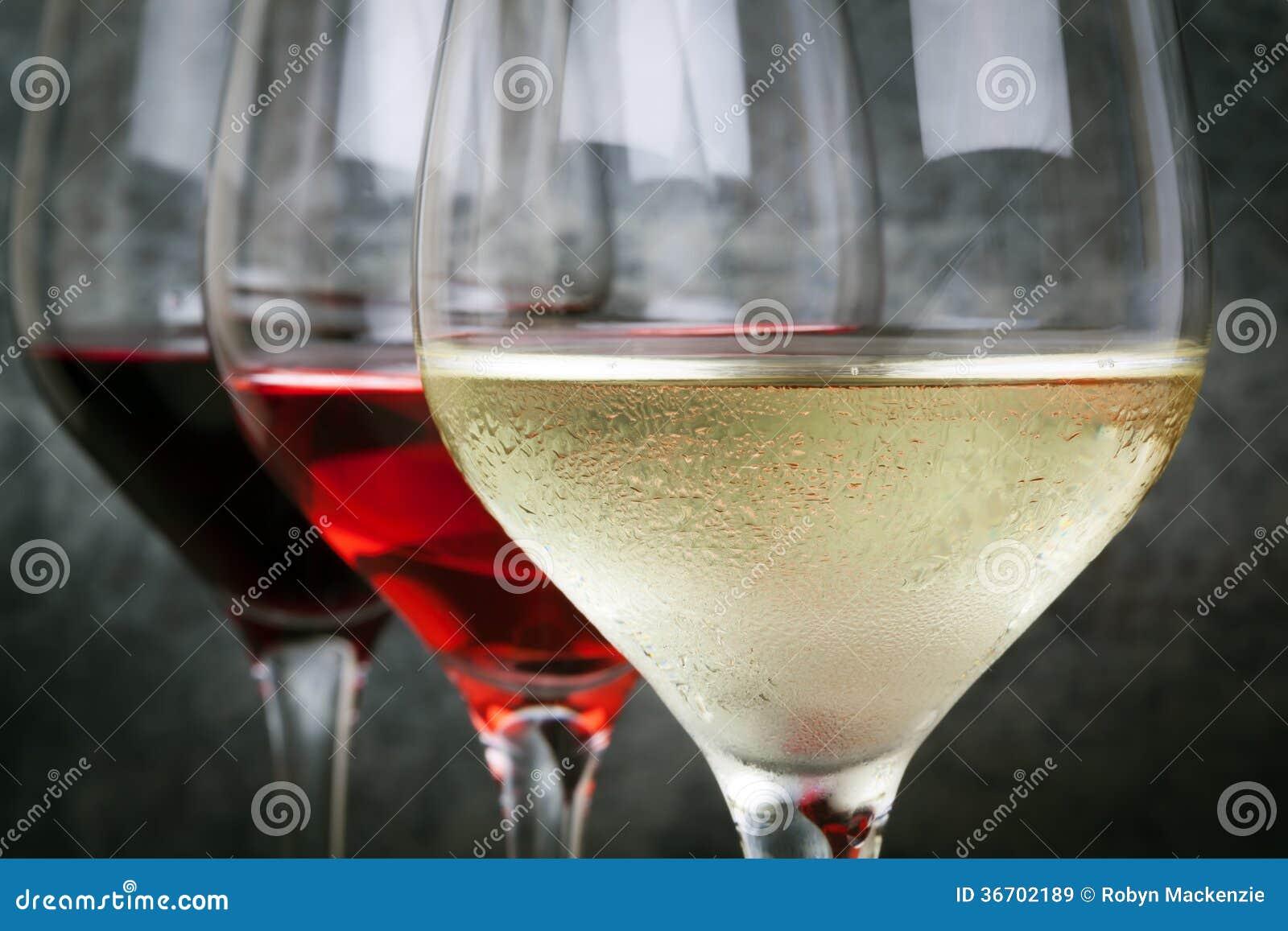白玫瑰和红葡萄酒